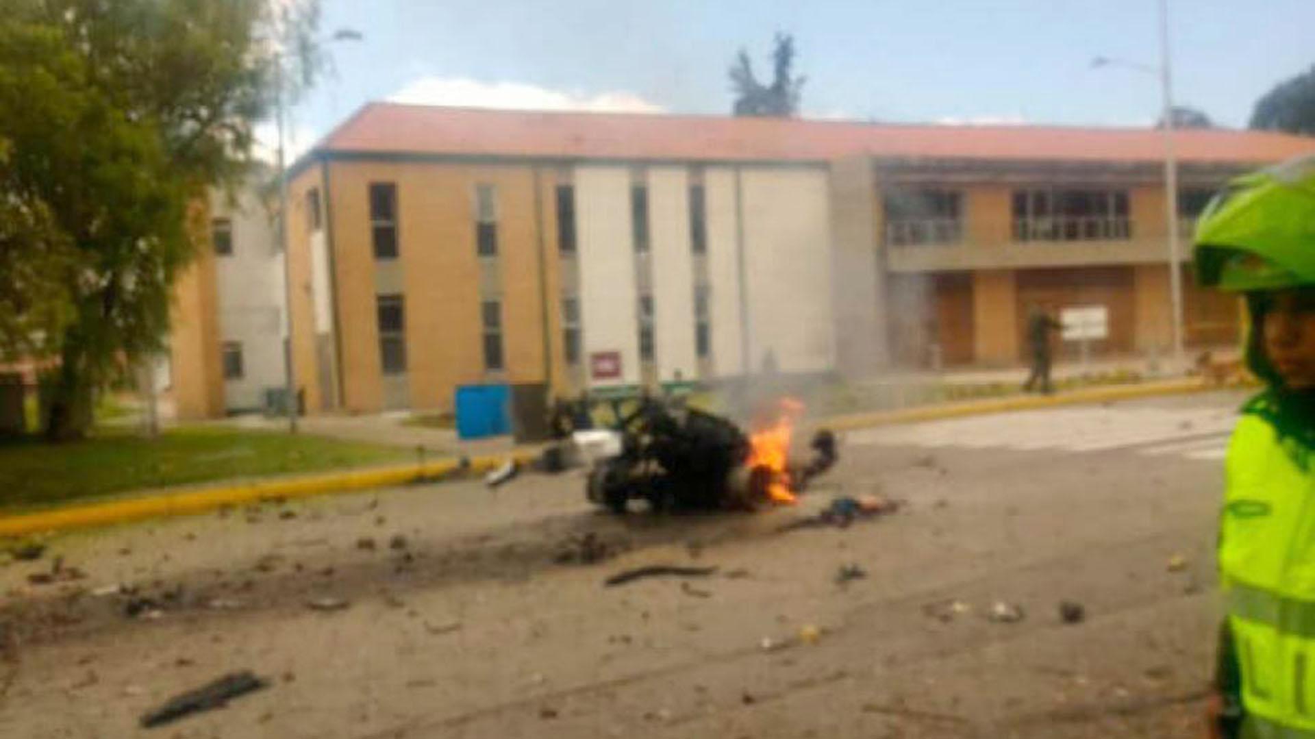 Uno de los muertos sería el conductor del coche bomba, en un acto suicida.