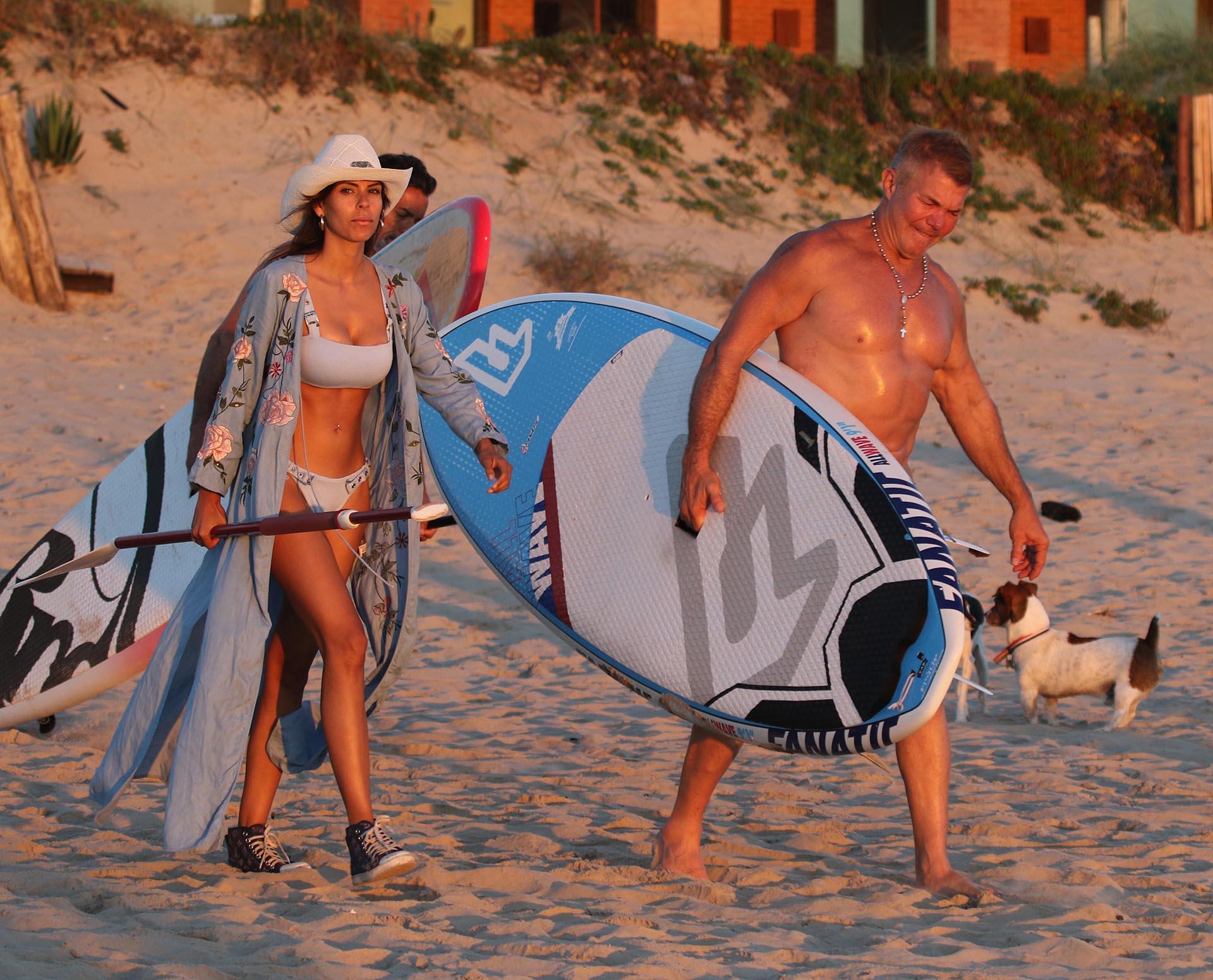 Fanático del deporte y cultor del cuidado físico, Burlando baja cada día a la playa para practicar surf de pala