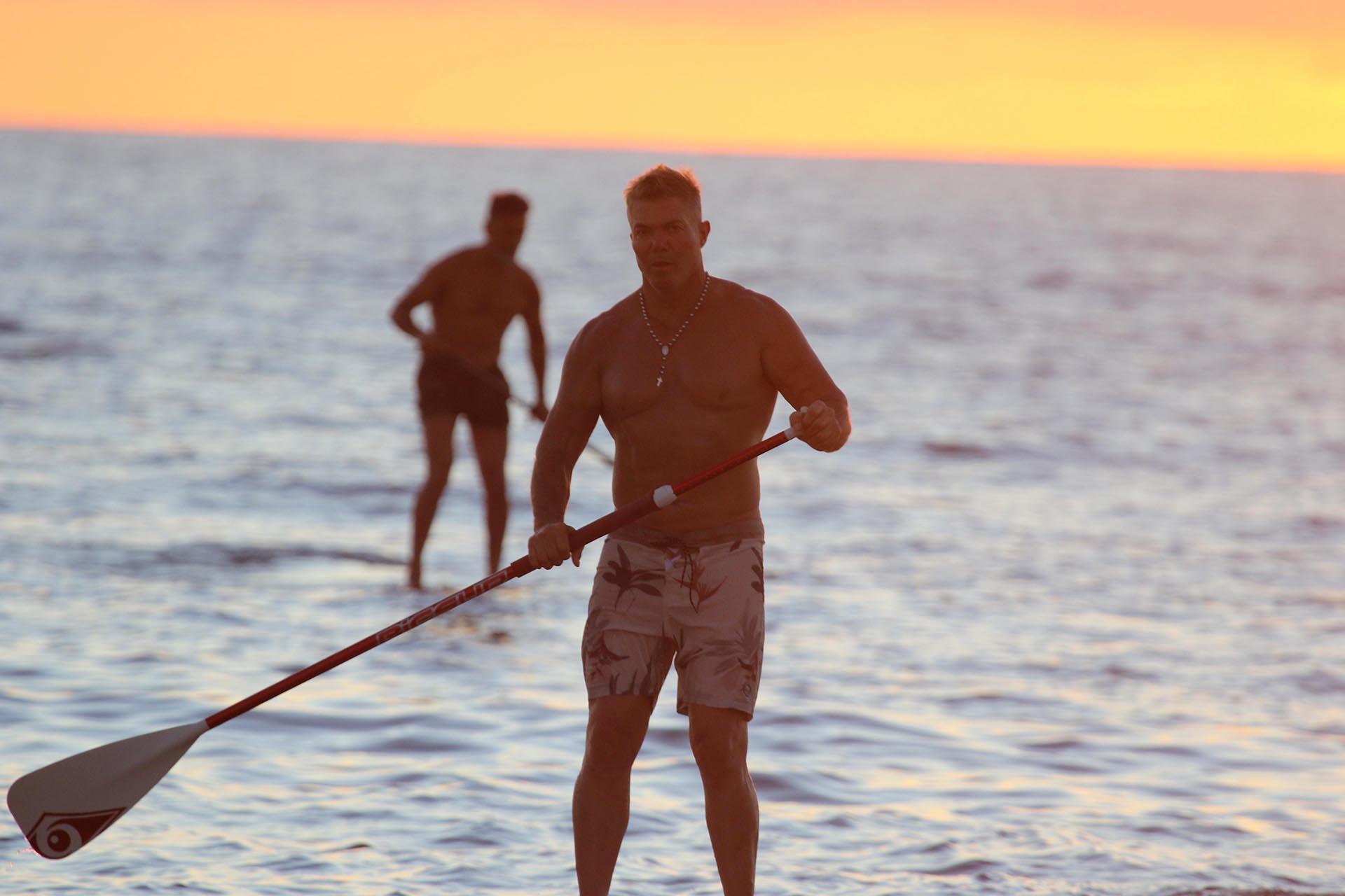 Con el atardecer esteño de fondo, el letrado despunta el vicio por una de las actividades que hacen furor en las playas uruguayas