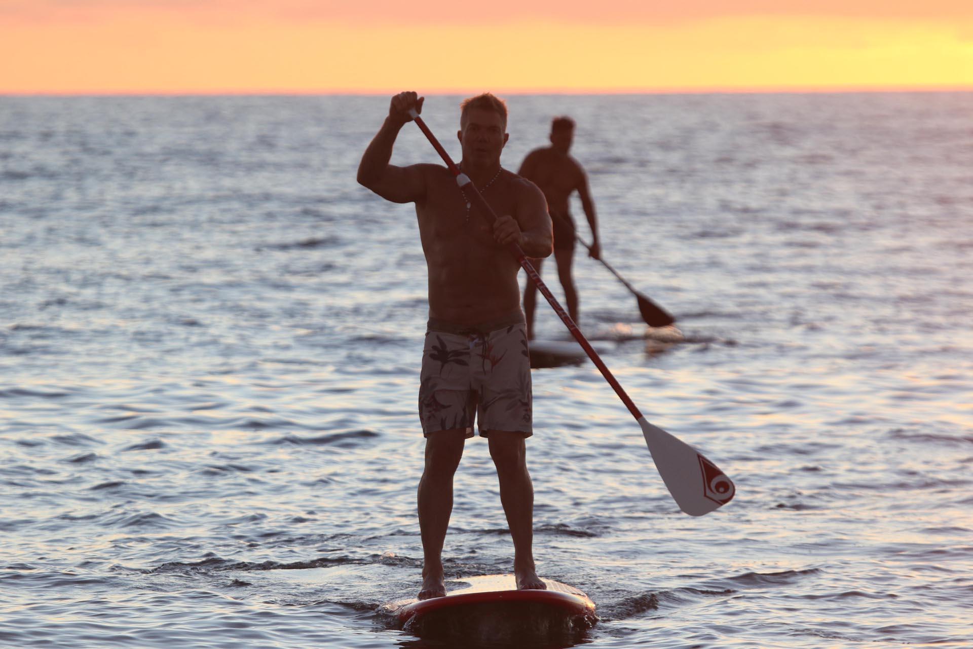 El abogado Fernando Burlando practica paddle surf también conocido como el surf de pala en las playas uruguayas (GM Press)