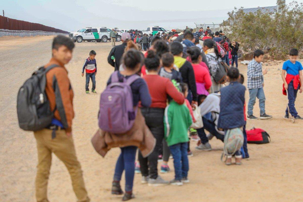 Decenas de niños se encontraban entre el grupo de inmigrantes. (Foto: Twitter, CBP Arizona)