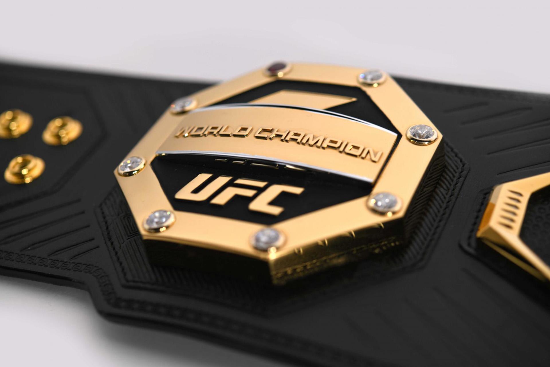 """Además, hay ocho símbolos al rededor del centro del cinturón querepresentan al """"hogar de los primeros campeones de UFC"""""""