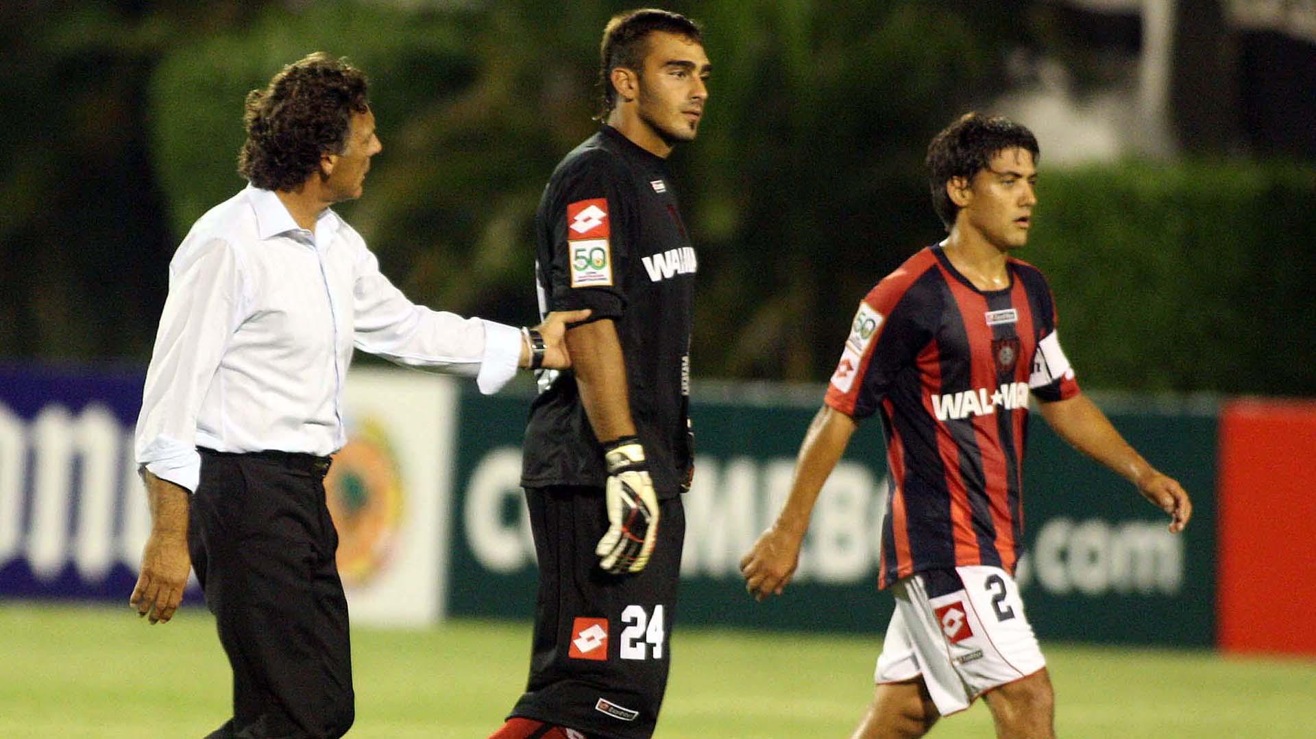 Miguel Ángel Russo consuela a Bruno Centeno, tras su debut en Copa Libertadores con la camiseta de San Lorenzo (Foto Baires)