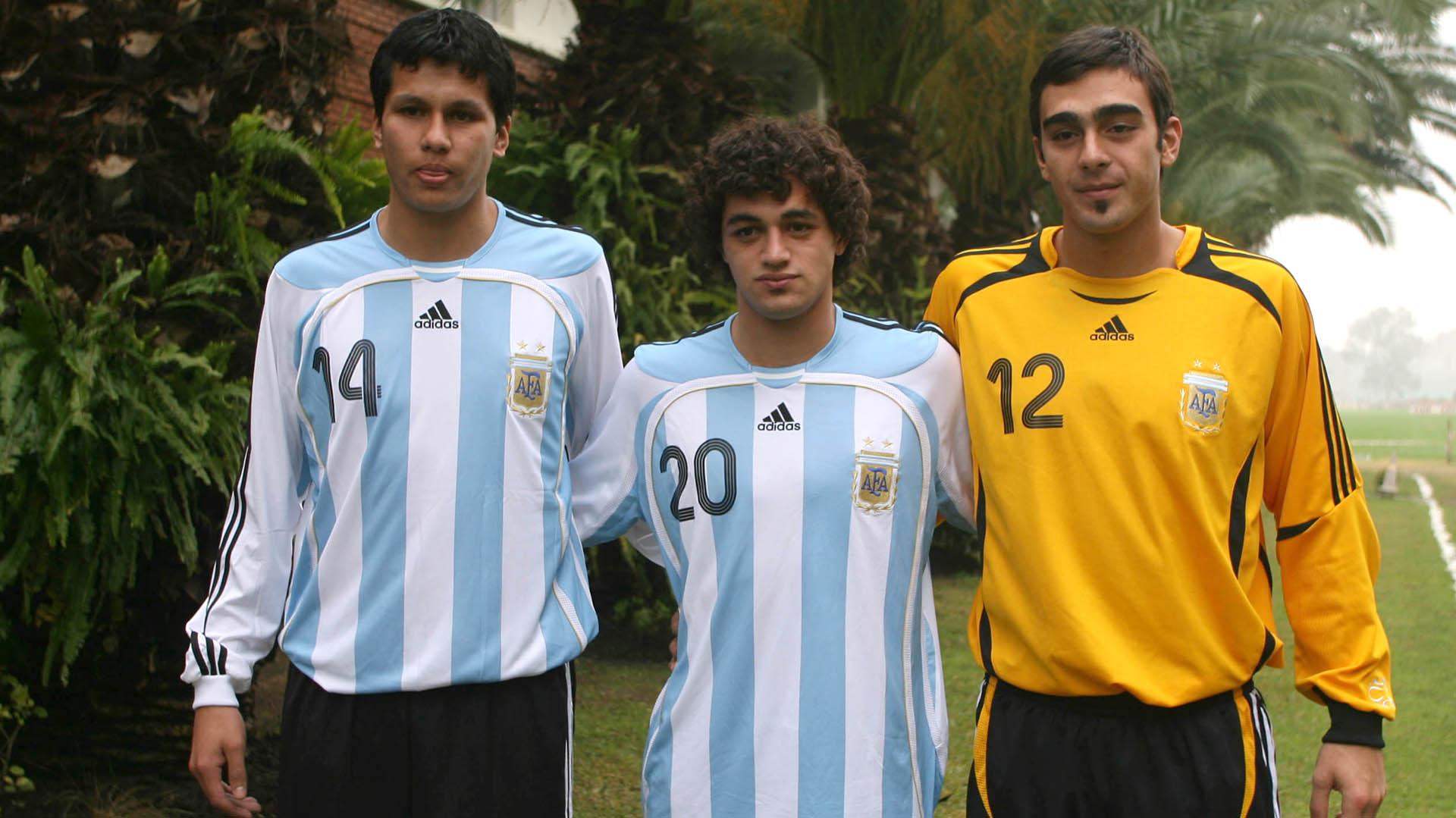 Bruno Centeno junto a Leonardo Sigali (defensor de Racing) y Lautaro Acosta (delantero de Lanús) (Foto Baires)