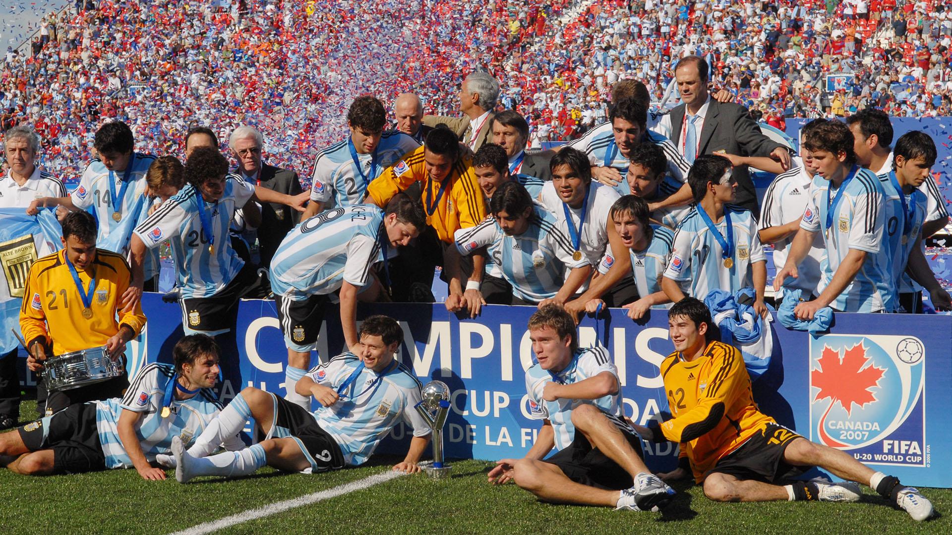 Bruno Centeno celebra el campeonato mundial Sub 20 de Canadá 2007 (Foto Baires)