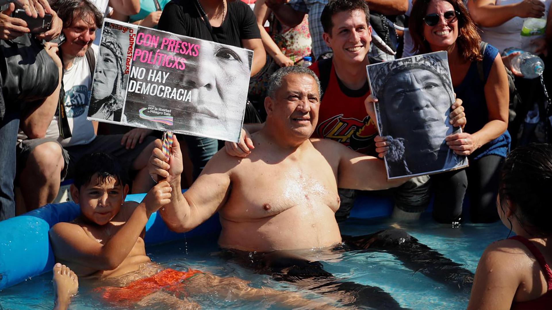D'Elía durante el piletazo en el centro porteño para pedir por la libertad de Milagro Sala