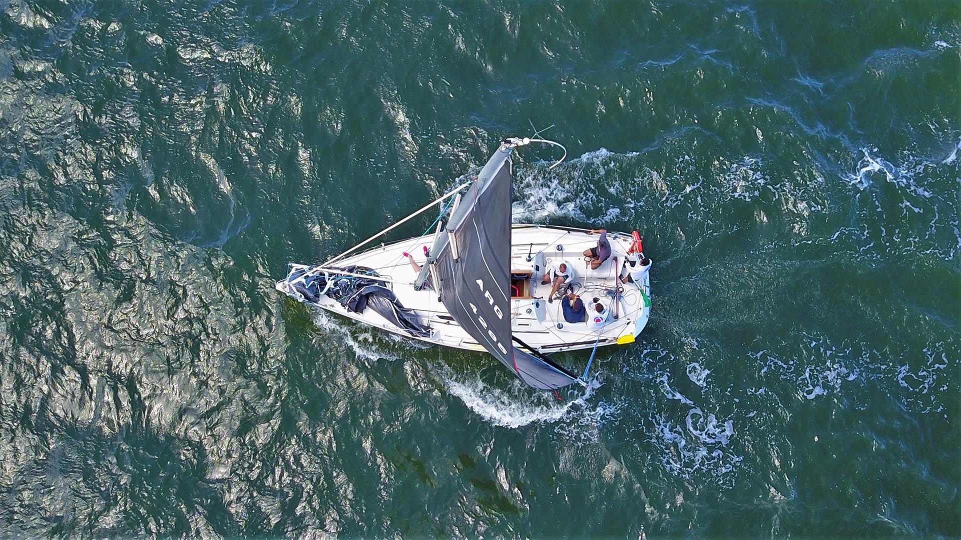 La regata congrega a destacados regatistas de Sudamérica que someten a prueba su resistencia y el trabajo en equipo para alcanzar la meta de 170 millas náuticas o 310 km de recorrido