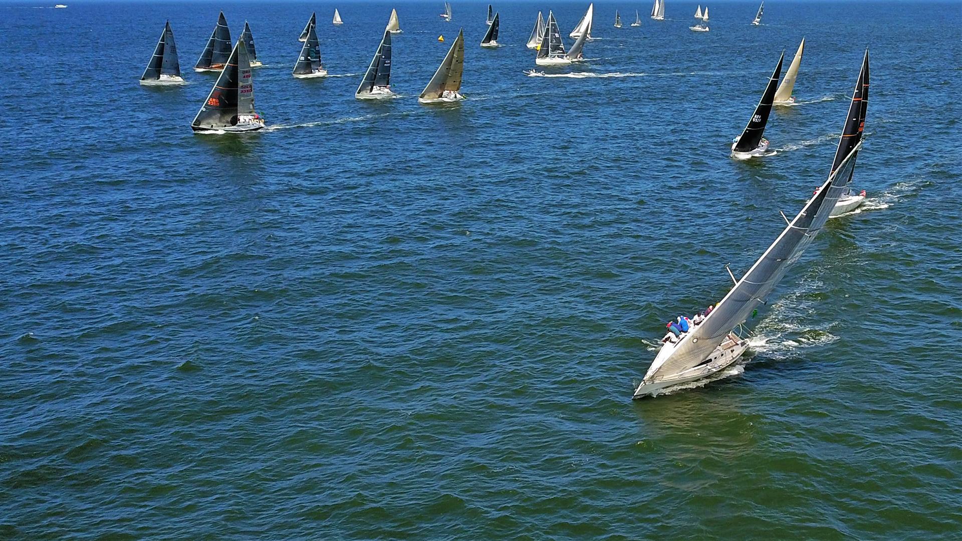 Mientras que en la categoría Clase J70, el primer puesto en la competición de la vuelta a la Isla Gorriti, el barco argentino Sietecerosiete, seguido del velero uruguayo Pura Joda y el velero argentino Negroni (Fotos Marcelo Umpiérrez)