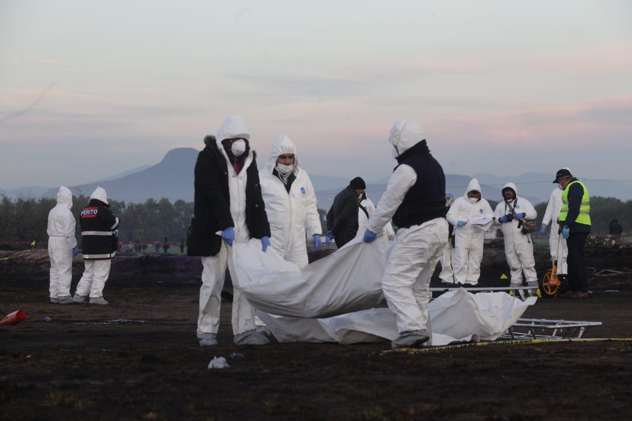 Peritos forenses levantan los cuerpos de los fallecidos en la explosión de la toma clandestina de Hidalgo. (Foto: Cuartoscuro)