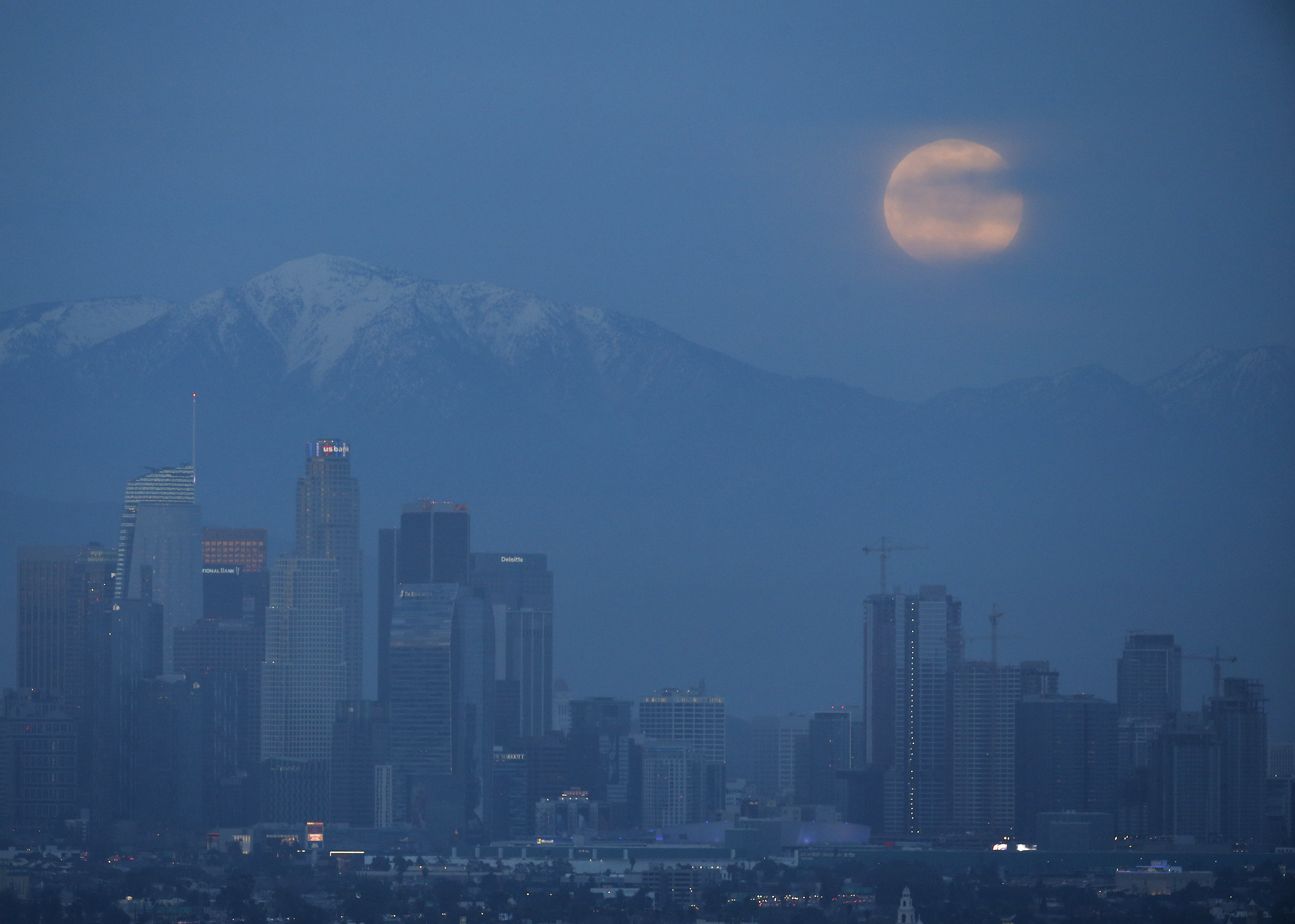 La superluna en Los Angeles (AP/Ringo H.W. Chiu)