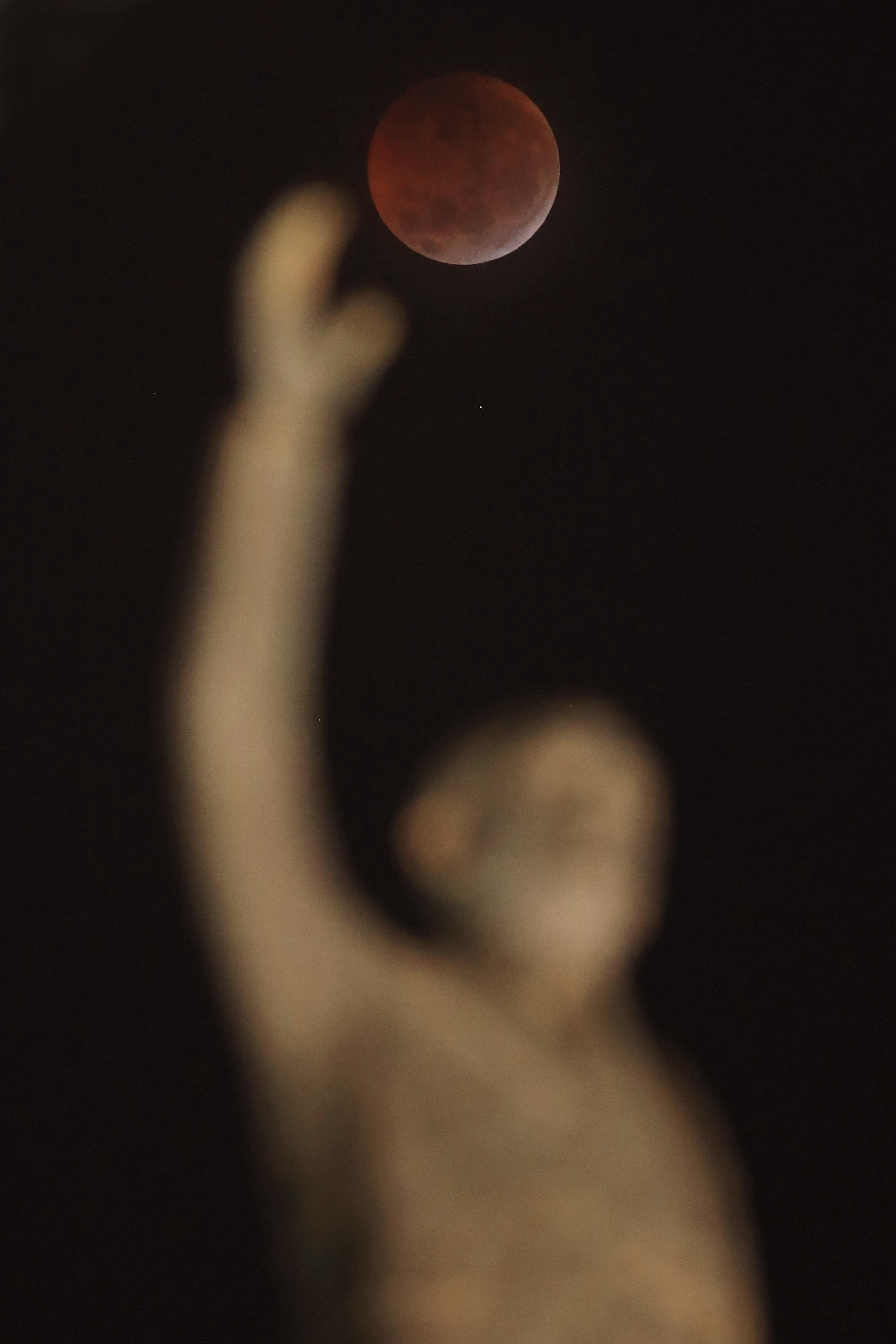 """El eclipse detrás del monumento""""Memrial JK en Brasilia. (AP Photo/Eraldo Peres)"""