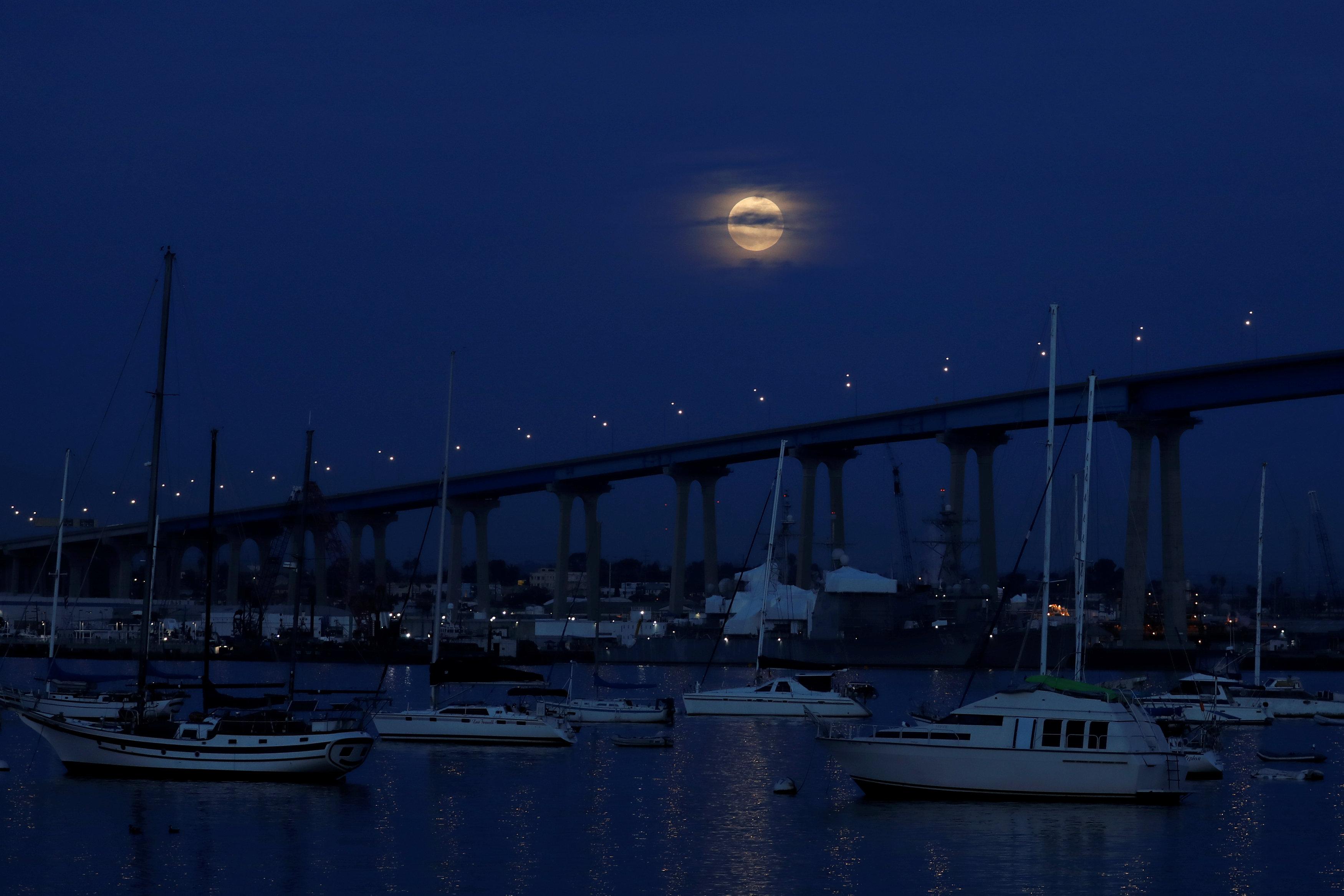 La luna sobre el puente Coronado Bridgeantes del comienzo del eclipse en San Diego, California (REUTERS/Mike Blake)