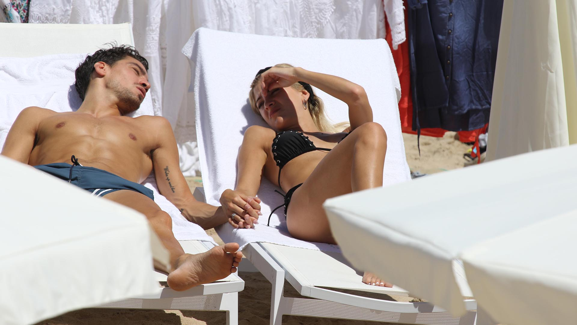 La pareja aprovechó para tomar sol y charlar