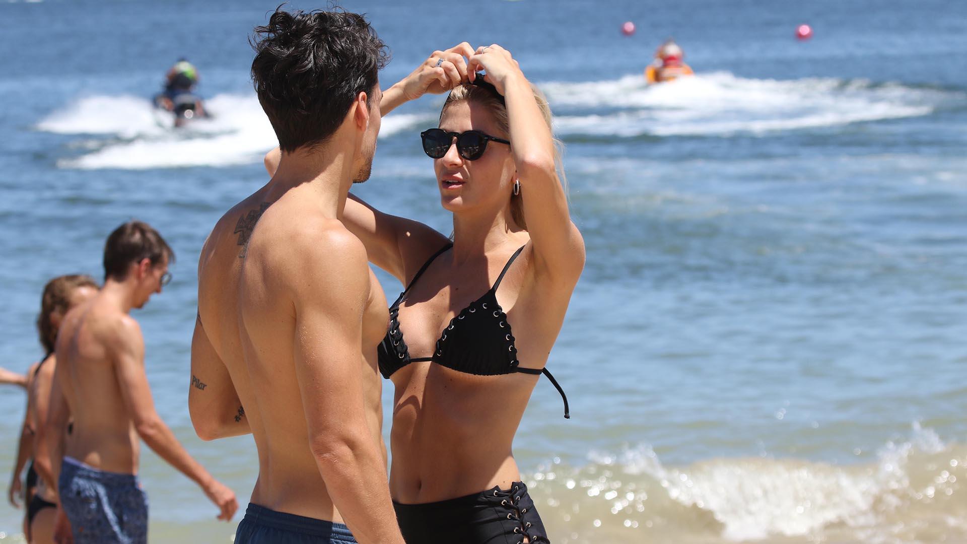 Cande lució una bikini negra, anteojos y una vincha, mientras que Nicolás optó por un short azul