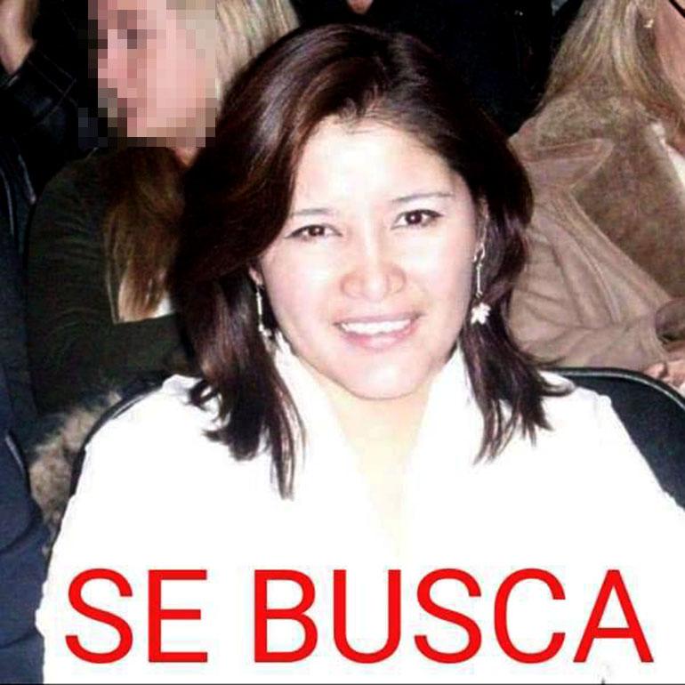 Solís Calle en vida, en los afiches que su familia posteó en redes para encontrarla mientras estaba desaparecida.