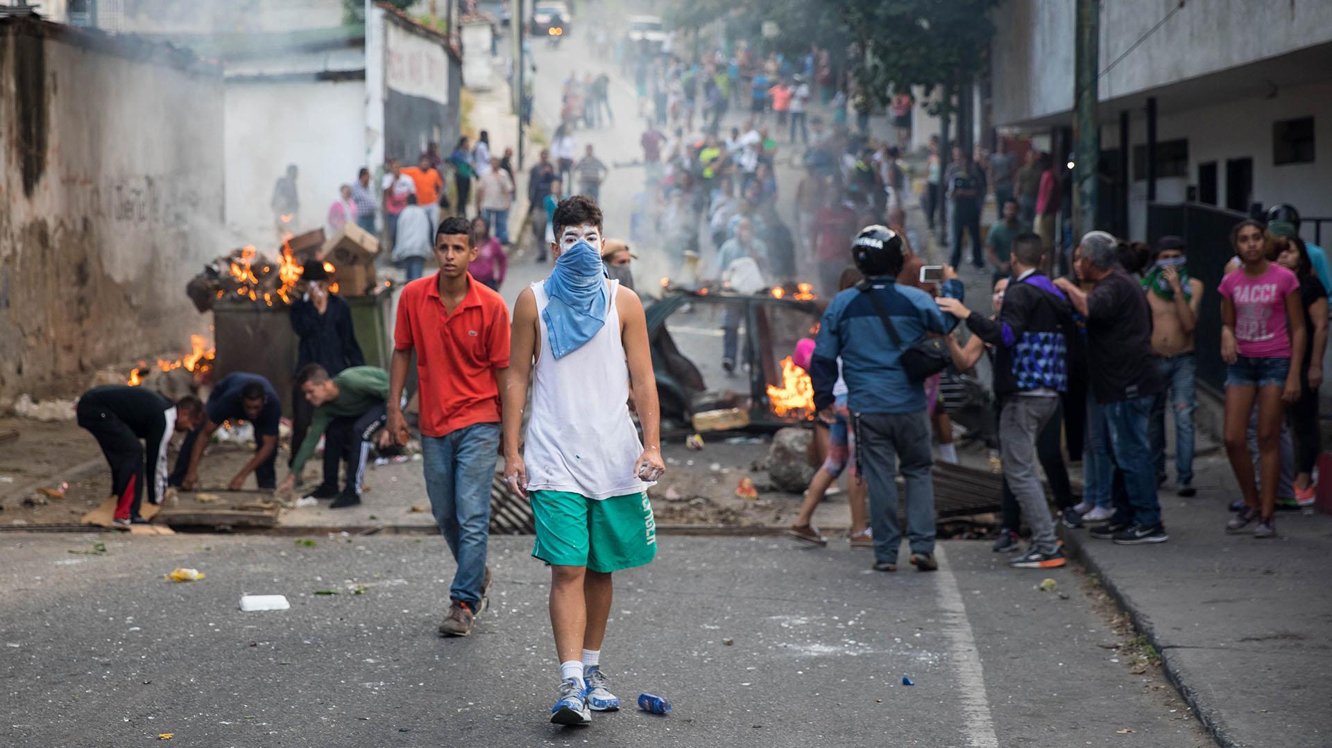 """El Ministerio de la Defensa anunció en un comunicado que fueron """"rendidos y capturados"""" un grupo de militares rebeldes, a los que llamó """"asaltantes"""", en una unidad especial de seguridad de la barriada pobre de Cotiza, al norte de Caracas"""