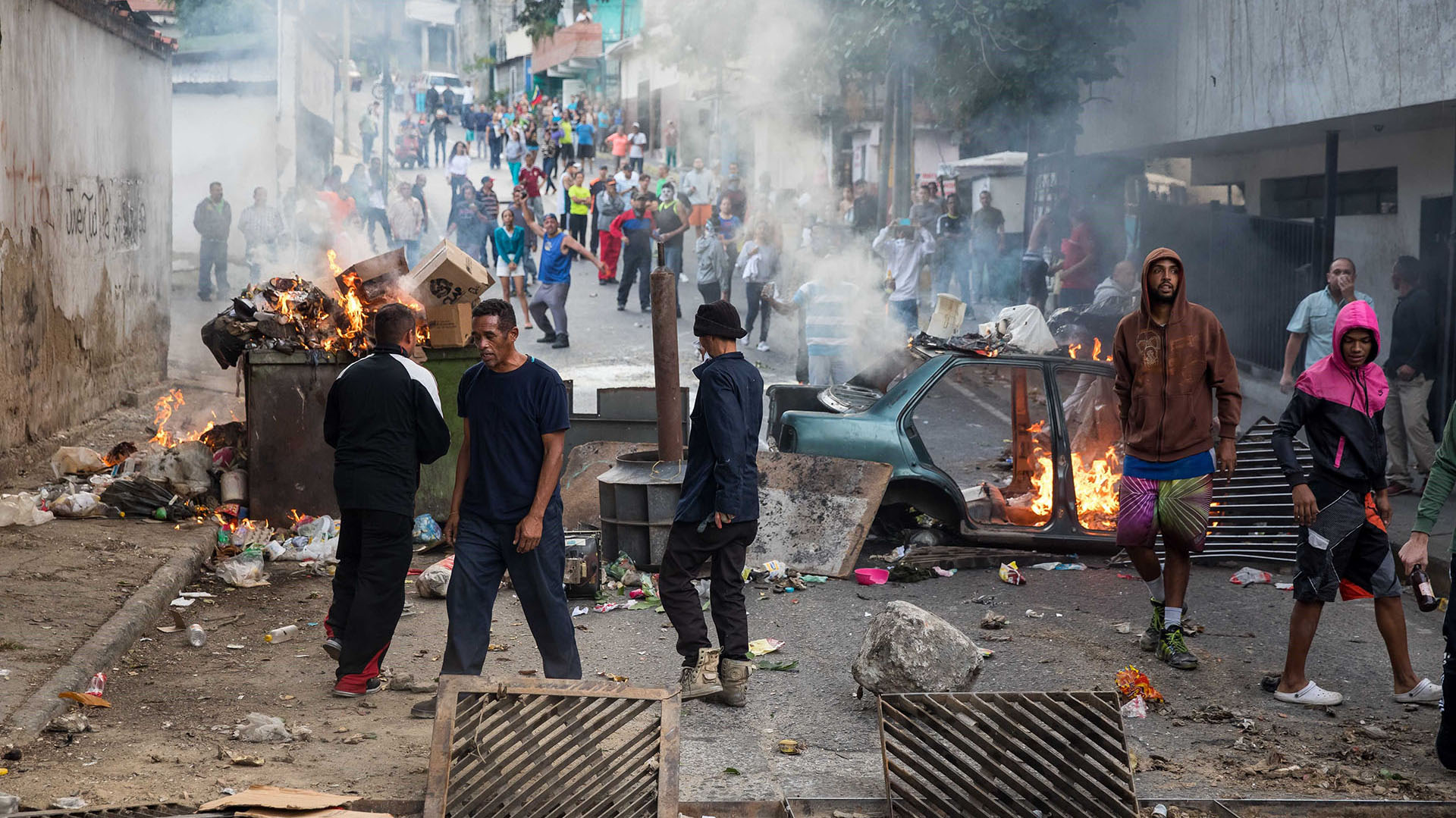 Un grupo de manifestantes en una calle en las inmediaciones de un comando de la Guardia Nacional Bolivariana este lunes, en Caracas. El régimen reprime y bloquea las redes sociales (EFE)