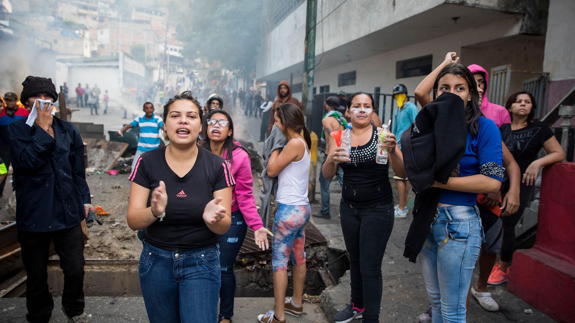Un grupo de personas se manifiestan en una calle en las inmediaciones de un comando de la Guardia Nacional Bolivariana este lunes