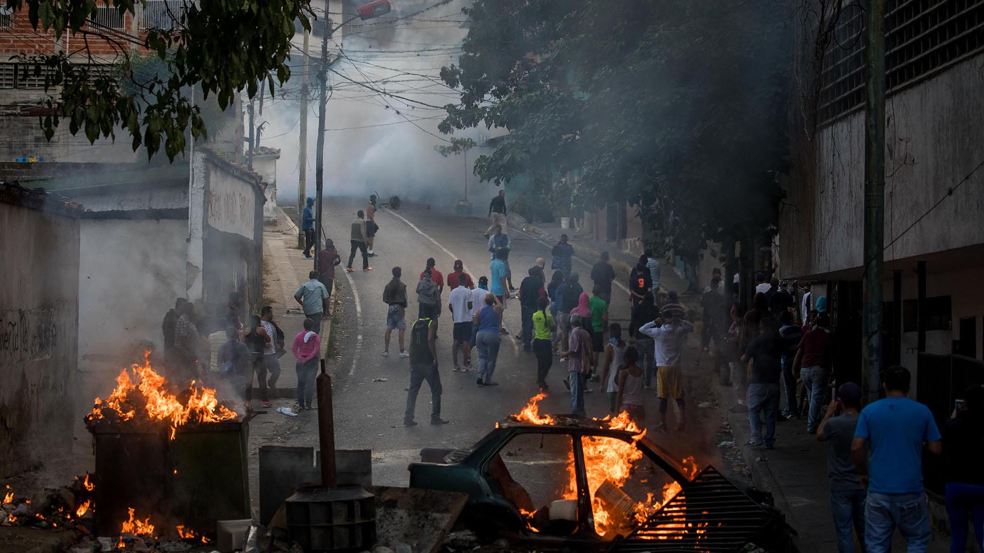 Agentes de la Fuerza de Acciones Especiales (FAES), del Servicio Bolivariano de Inteligencia (Sebin), y algunos militares de la Fuerza Armada Nacional Bolivariana (FANB) mantienen cerrado el paso hacia el comando de la GNB, donde se reunieron los sublevados