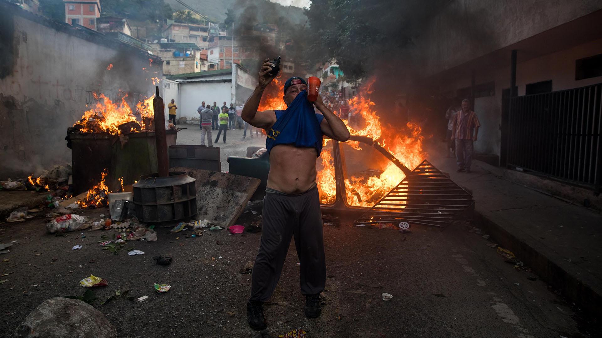 """Un grupo de militares que se había rebelado contra el Gobierno de Nicolás Maduro fue """"rendido y capturado"""", informó hoy la Fuerza Armada Nacional Bolivariana (FANB) de Venezuela, que afirmó que se les aplicará """"todo el peso de la ley"""" (EFE)"""