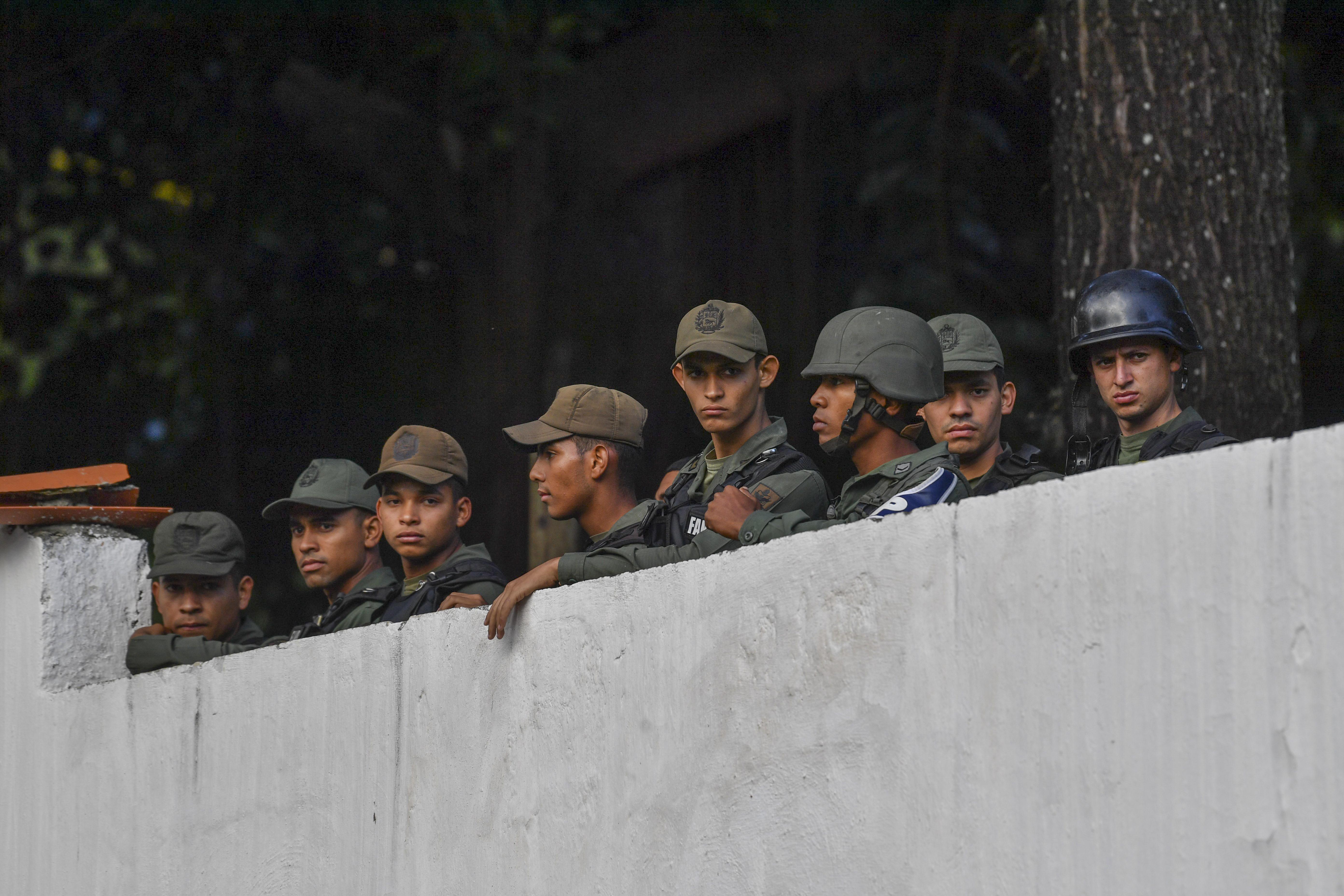 Miembros de la GNB observan las protestas desde el comando