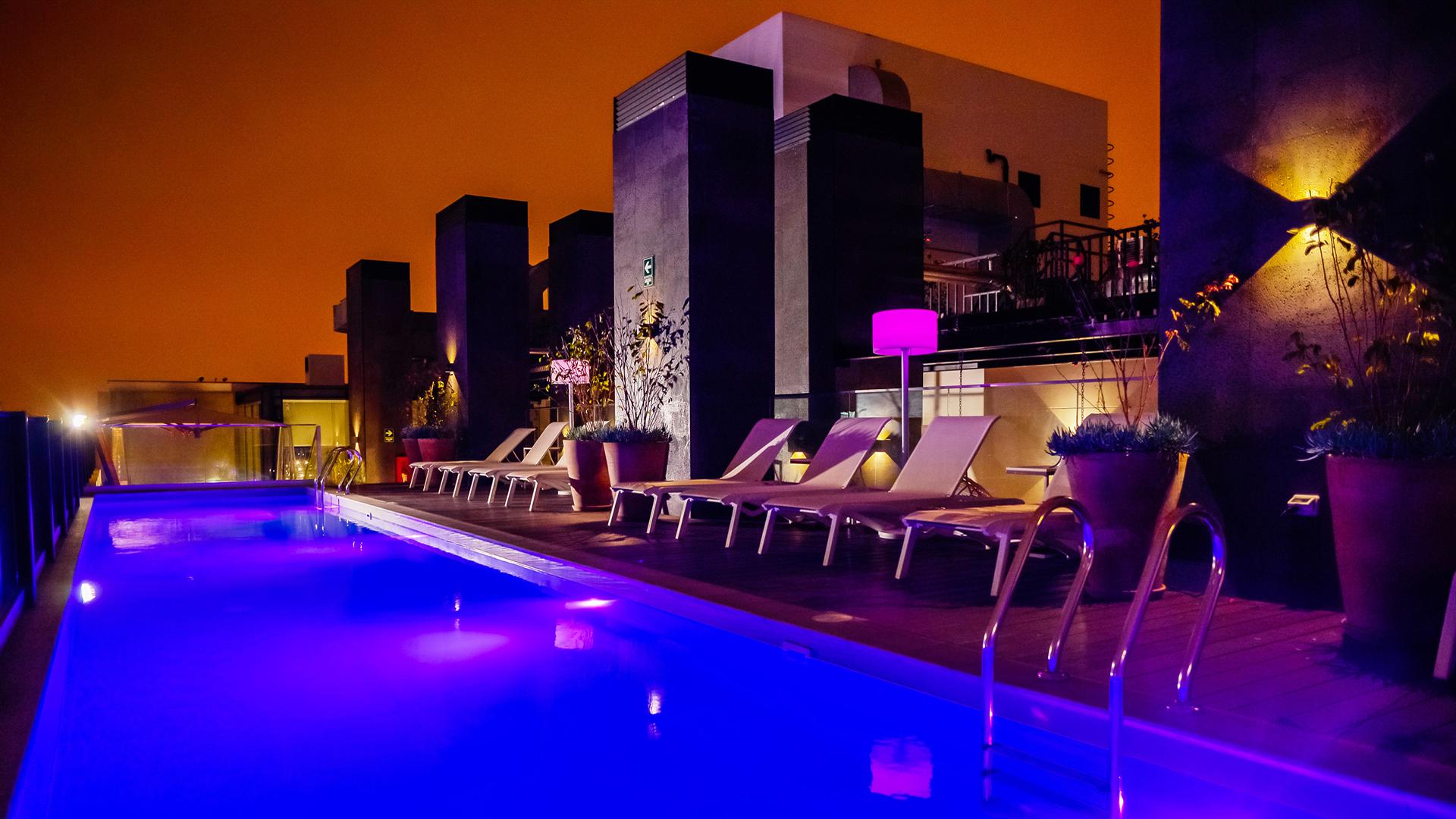 Vista nocturna de la pileta chic. Está en el último piso del INNSIDE Lima Miraflores, junto al gimnasio que está abierto las 24 horas.