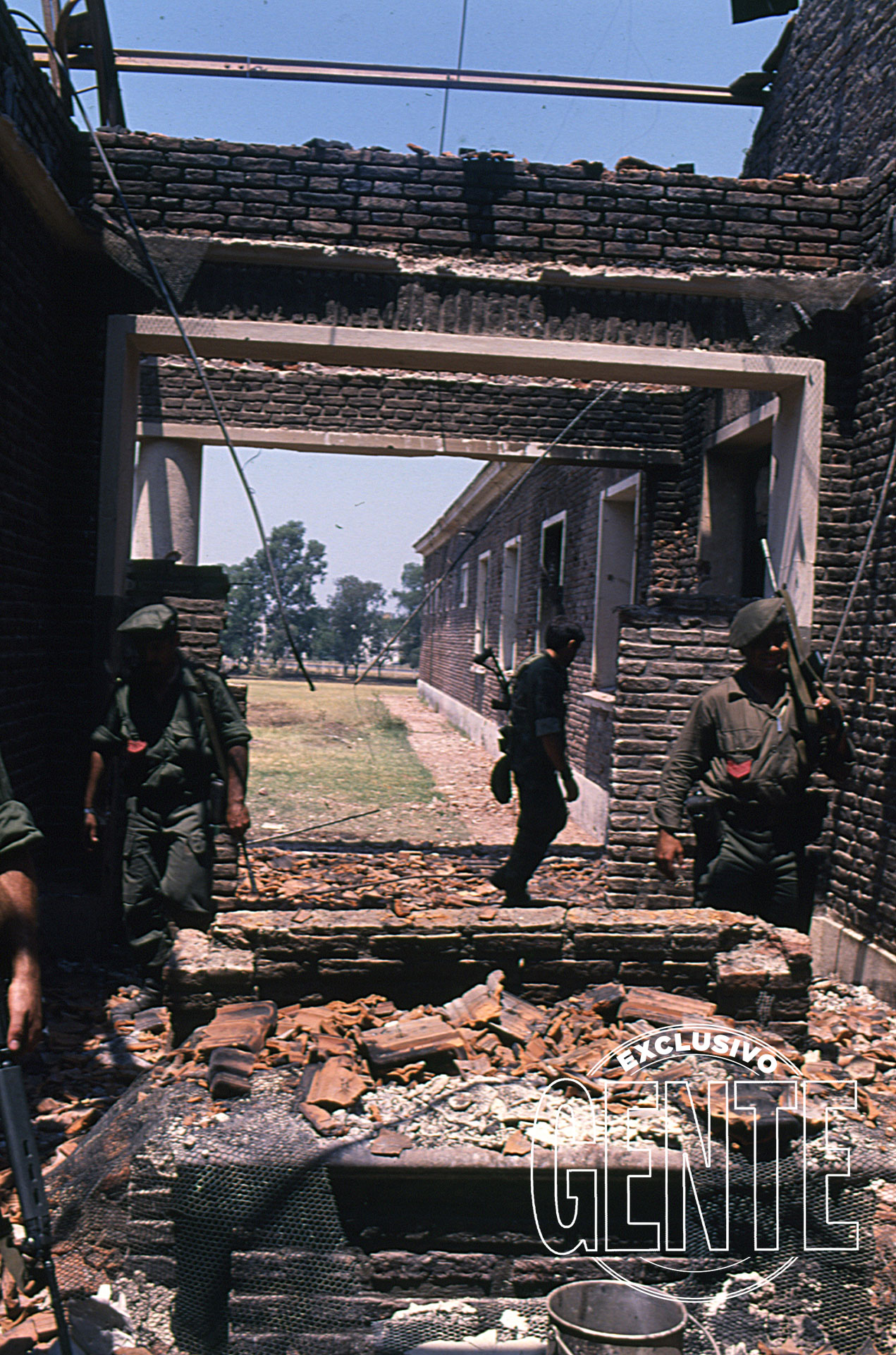 La rendición se produjo a las 9,10 de la mañana del martes 24. De inmediato, comandos especiales recorrieron las ruinas buscando guerrilleros escondidos.