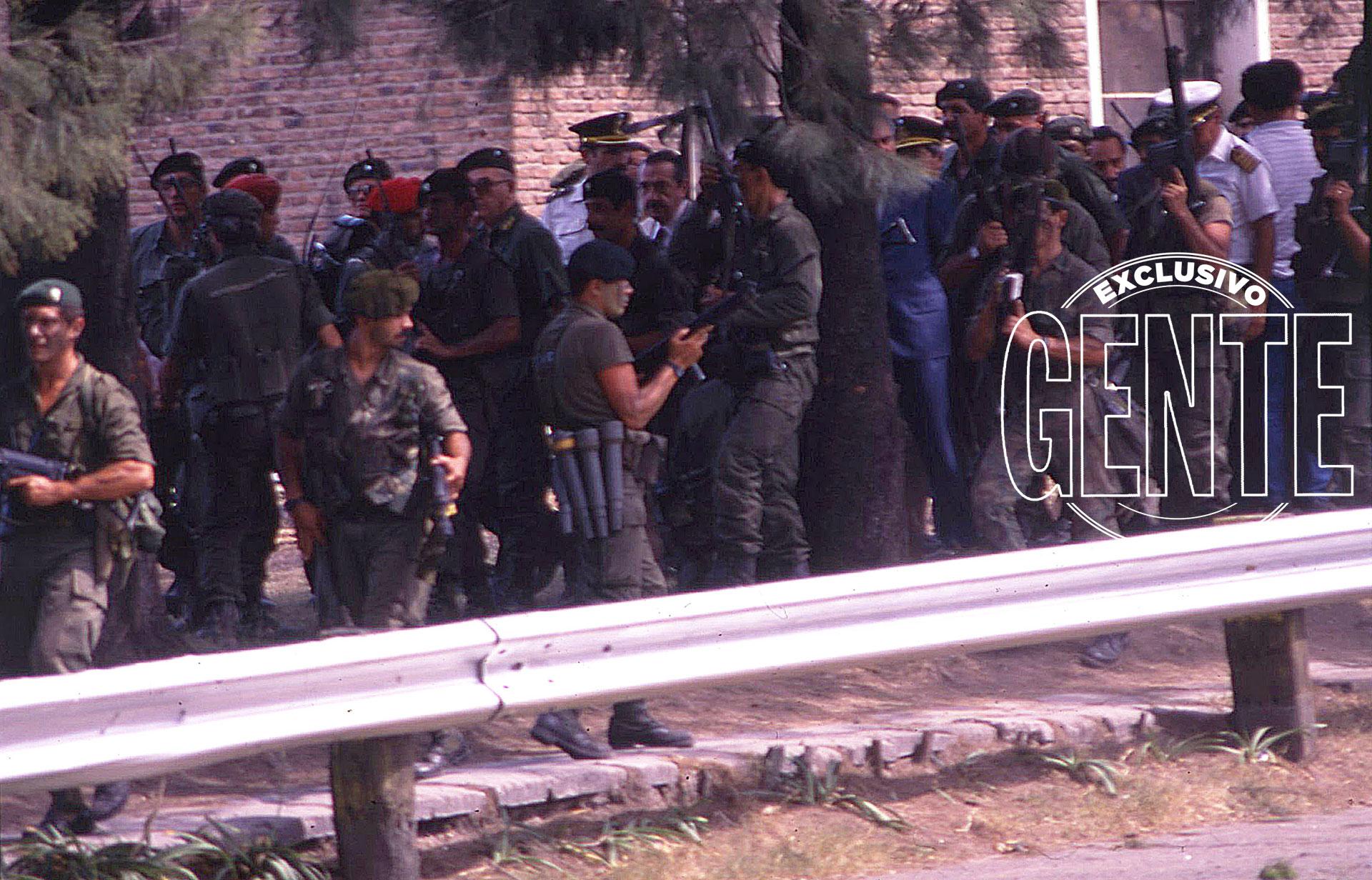 A las 11,50, el helicóptero que trasladaba al presidente Raúl Alfonsín aterrizó en la Plaza de Armas. Aunque la situación ya estaba controlada, se escucharon unos disparos que provocaron desconcierto. De inmediato, el Presidente fue rodeado por los comandos militares para protegerlo.