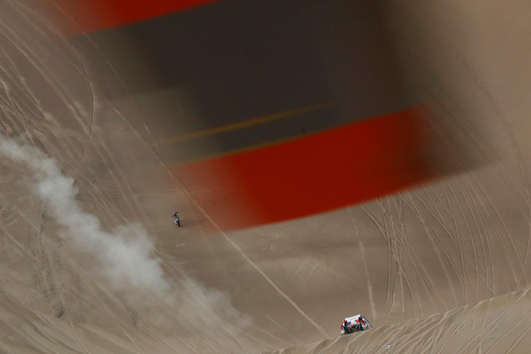 A través de un hélice de helicóptero se ve la Etapa 9 de Pisco, del Rally Dakar en Perú, 16 de enero de 2019.