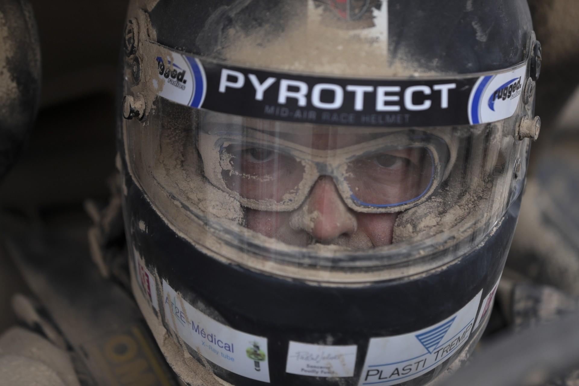 El piloto Claude Fournier, de Francia, en una parada para reabastecerse de combustible durante la etapa ocho del Rally Dakar entre San Juan de Marcona y Pisco, Perú, el martes 15 de enero de 2019.