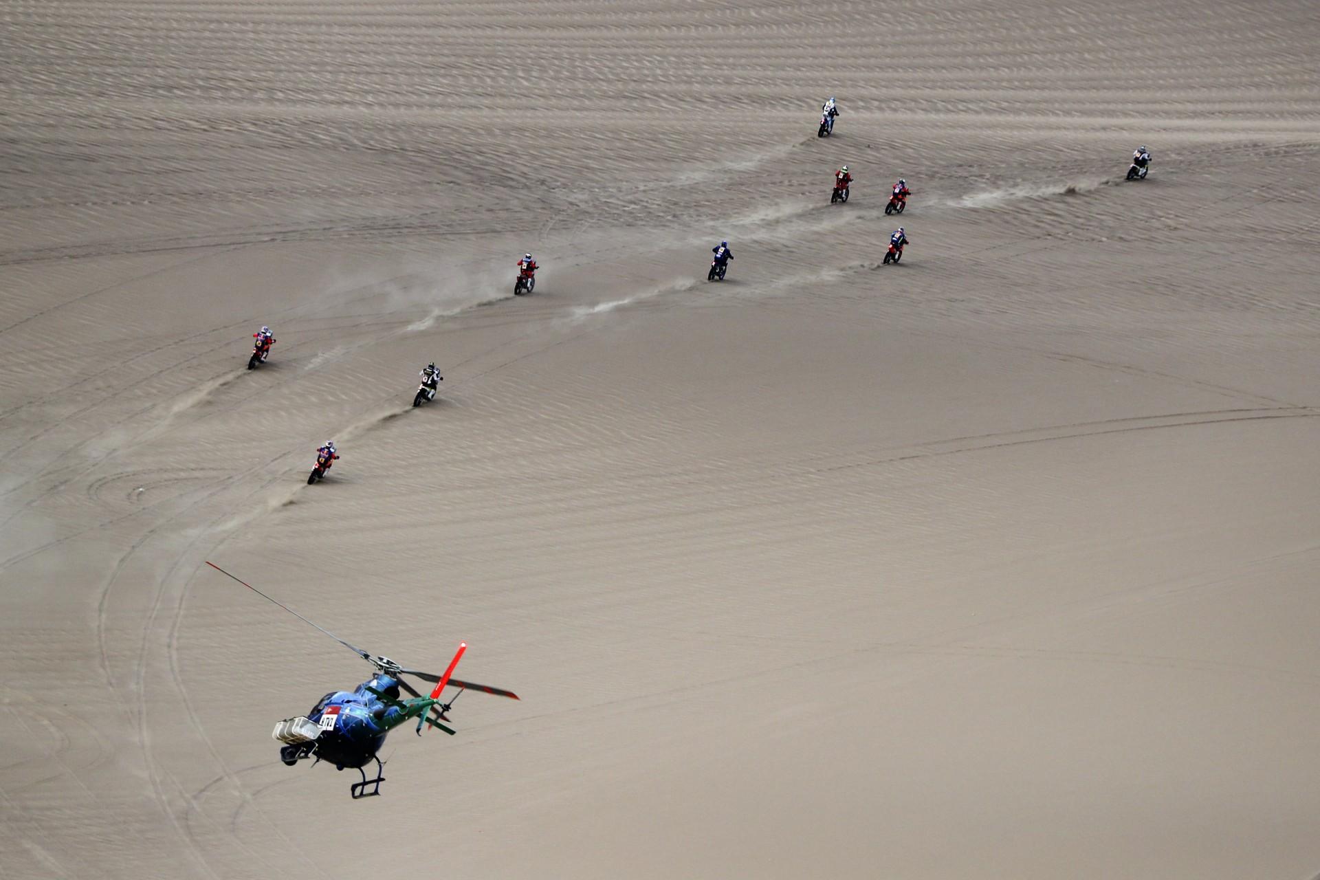 Los competidores viajan en sus motos durante la etapa nueve del Rally Dakar en Pisco, Perú, miércoles 16 de enero de 2019.