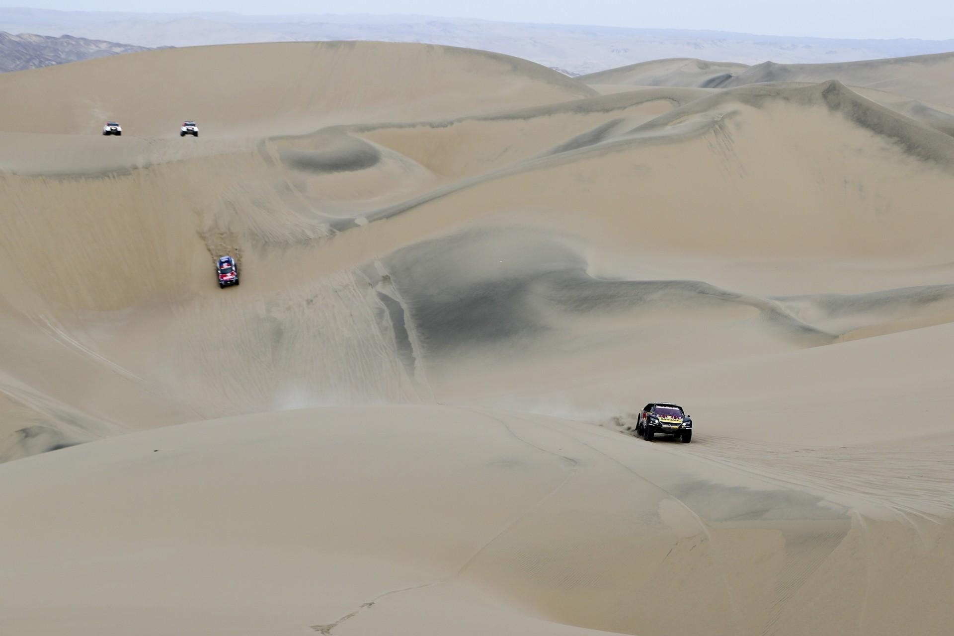 El piloto Sebastien Loeb, de Francia, y su copiloto, Daniel Elena, de Mónaco, compiten con sus Peugeot durante la etapa nueve del Rally Dakar en Pisco, Perú, el miércoles 16 de enero de 2019.