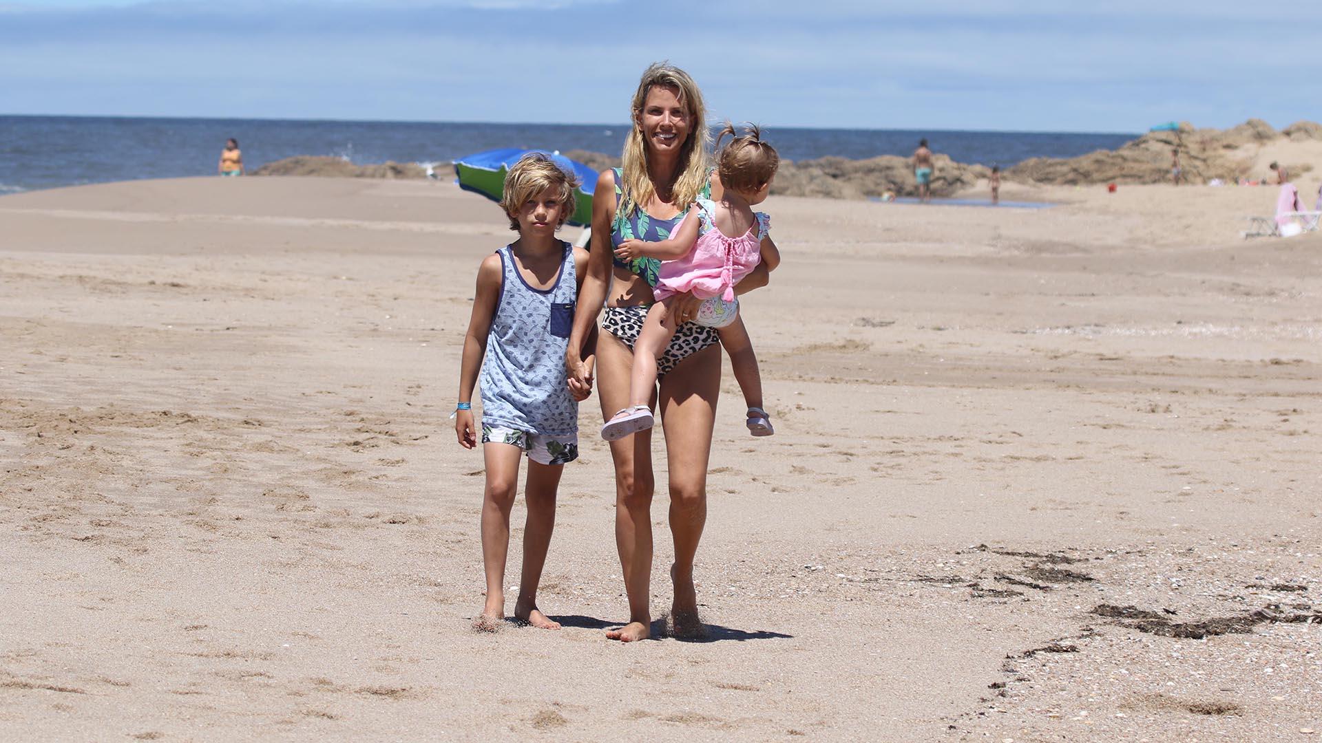 En la costa uruguaya, Carolina Jiménez Ober, la hermana de Susana, caminaba por la playa en compañía de sus hijos Guadalupe y Pakito (GM Press).