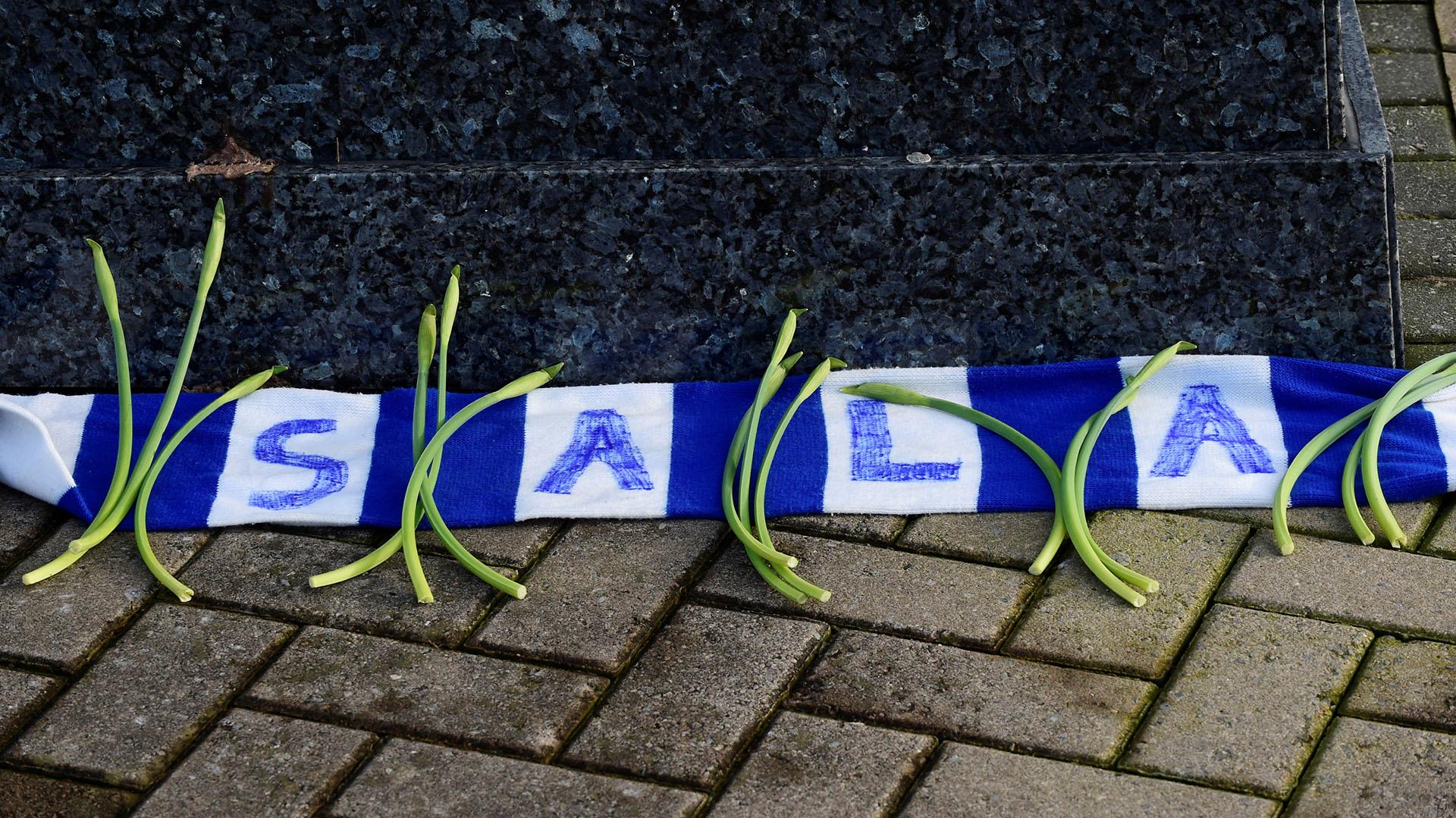 Bufandas con el nombre del jugador y flores aparecieron en las inmediaciones del campo de juego en honor al argentino