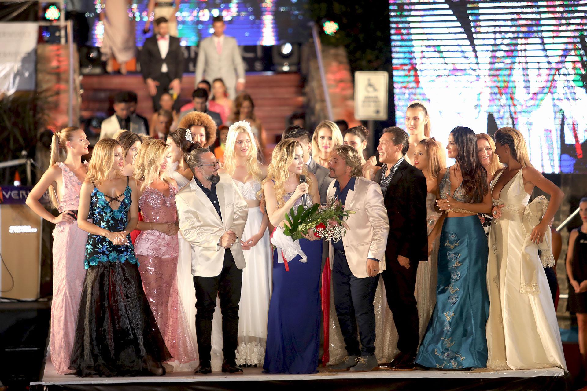 El cierre del evento con todos los participantes arriba del escenario