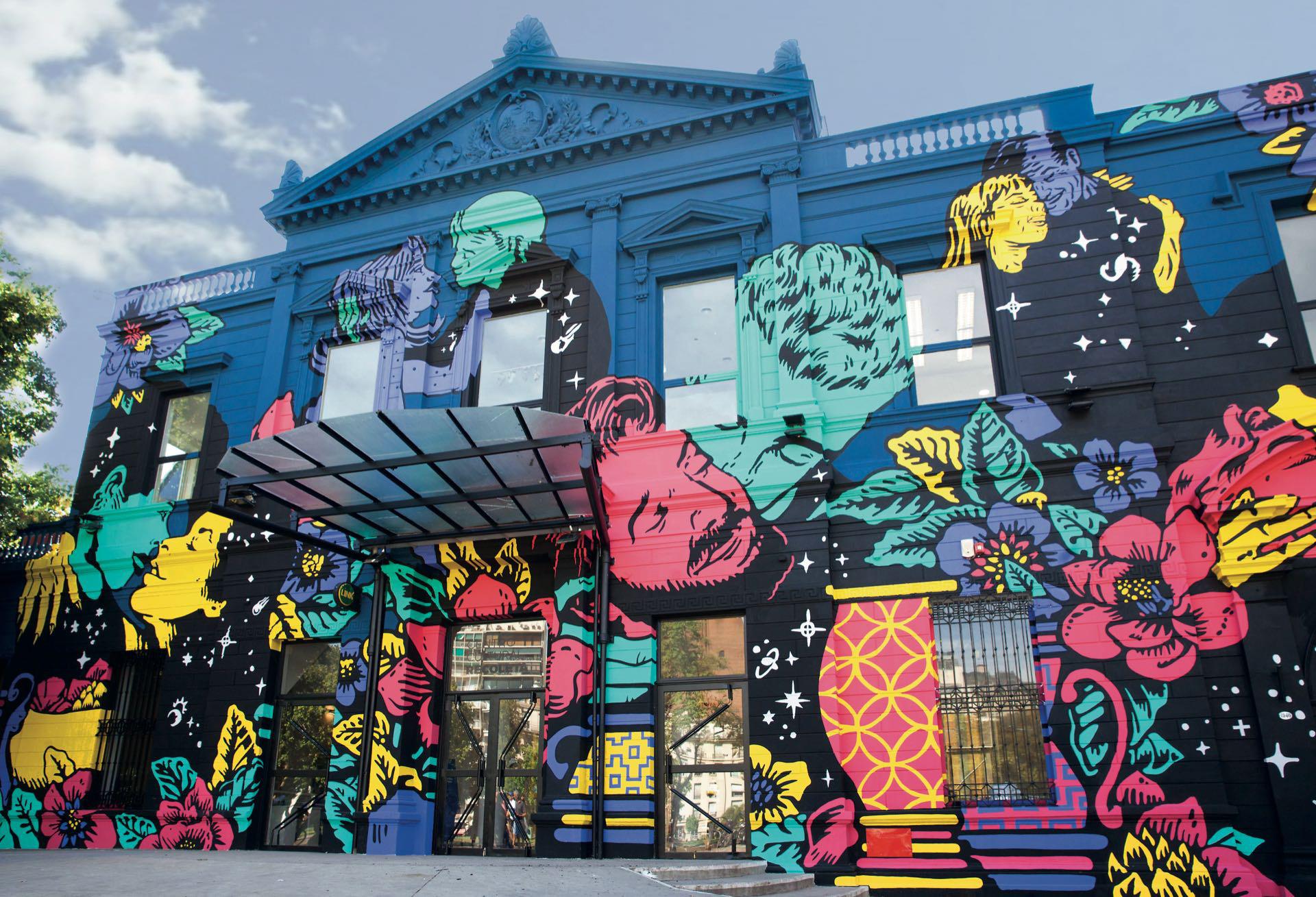 La renovada fachada fue creada por el artista e ilustrador JulioCésar Battistelli (más conocido como Yaia)