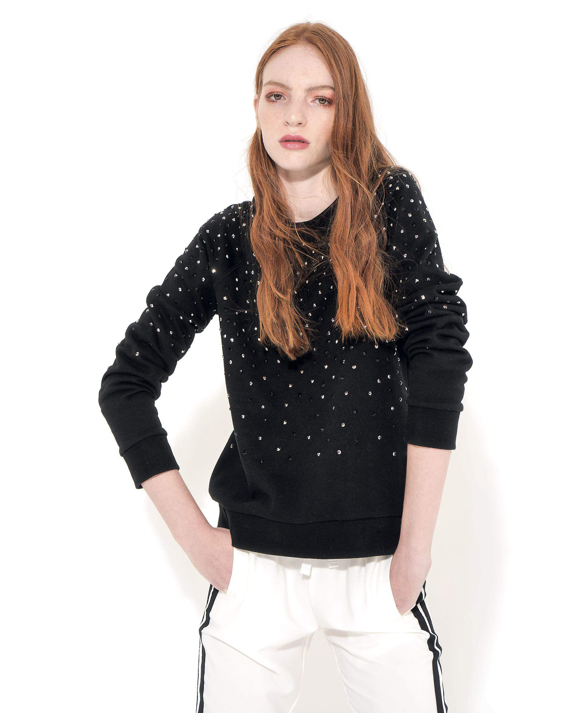 Buzo con tachas (antes $ 2.590, ahora $ 1.490, Karl Lagerfeld para Falabella) y pantalón con franja lateral (antes $ 4.060, ahora $ 2.436, Kosiuko)