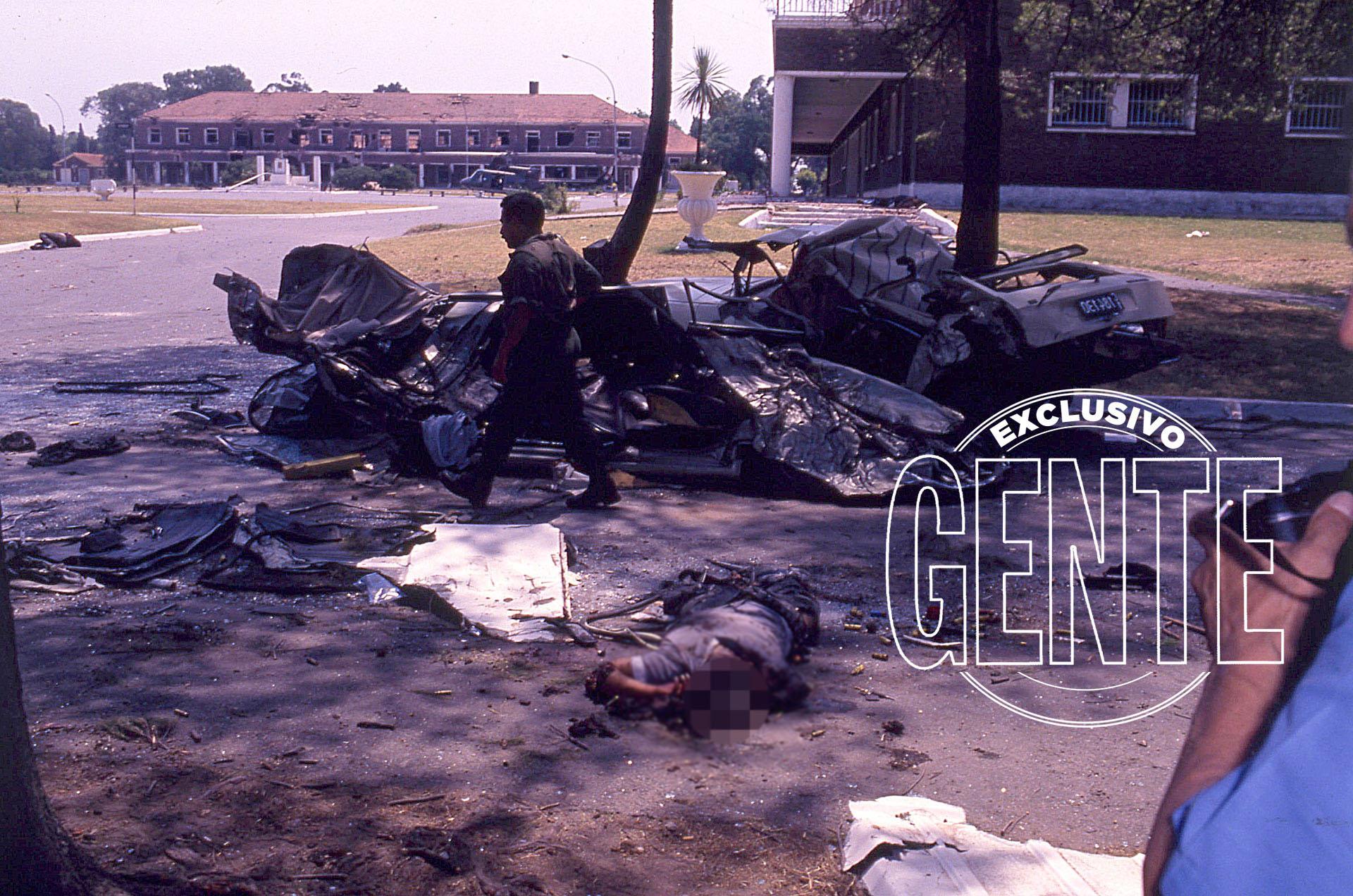 Entre el Puesto 1 y la Plaza de Armas, uno de los autos de los guerrilleros que fue aplastado por un tanque.