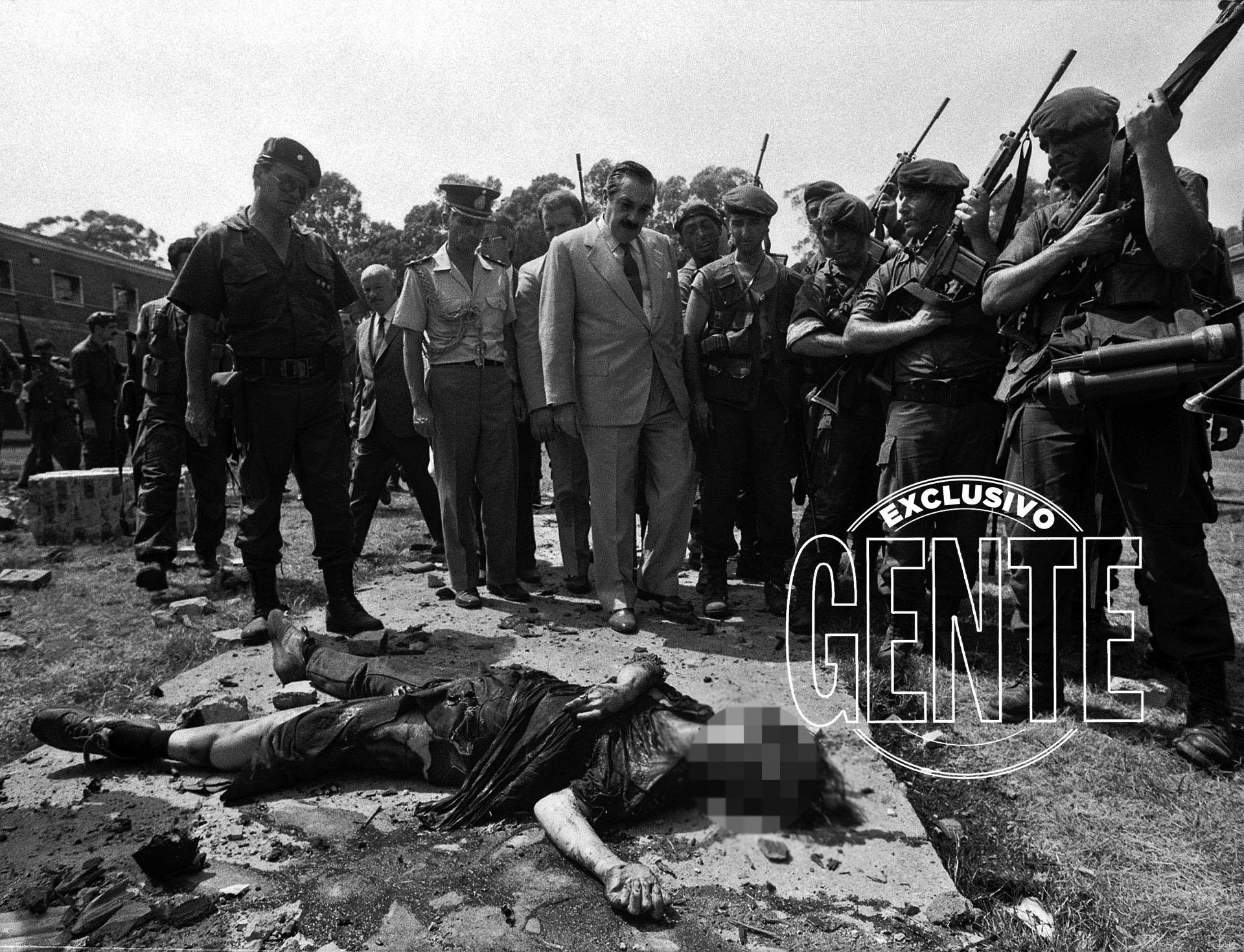 """Alfonsín recorrió gran parte del Regimiento. Esa noche se dirigió al país por cadena nacional, condenando la """"cruel acción de los personeros de la muerte"""" y felicitando """"la decisión y el coraje de quienes defendieron la independencia y la soberanía popular""""."""