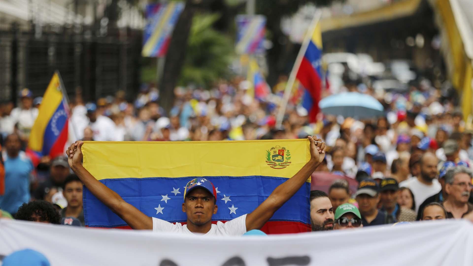 Un opositor exhibe una bandera en Caracas