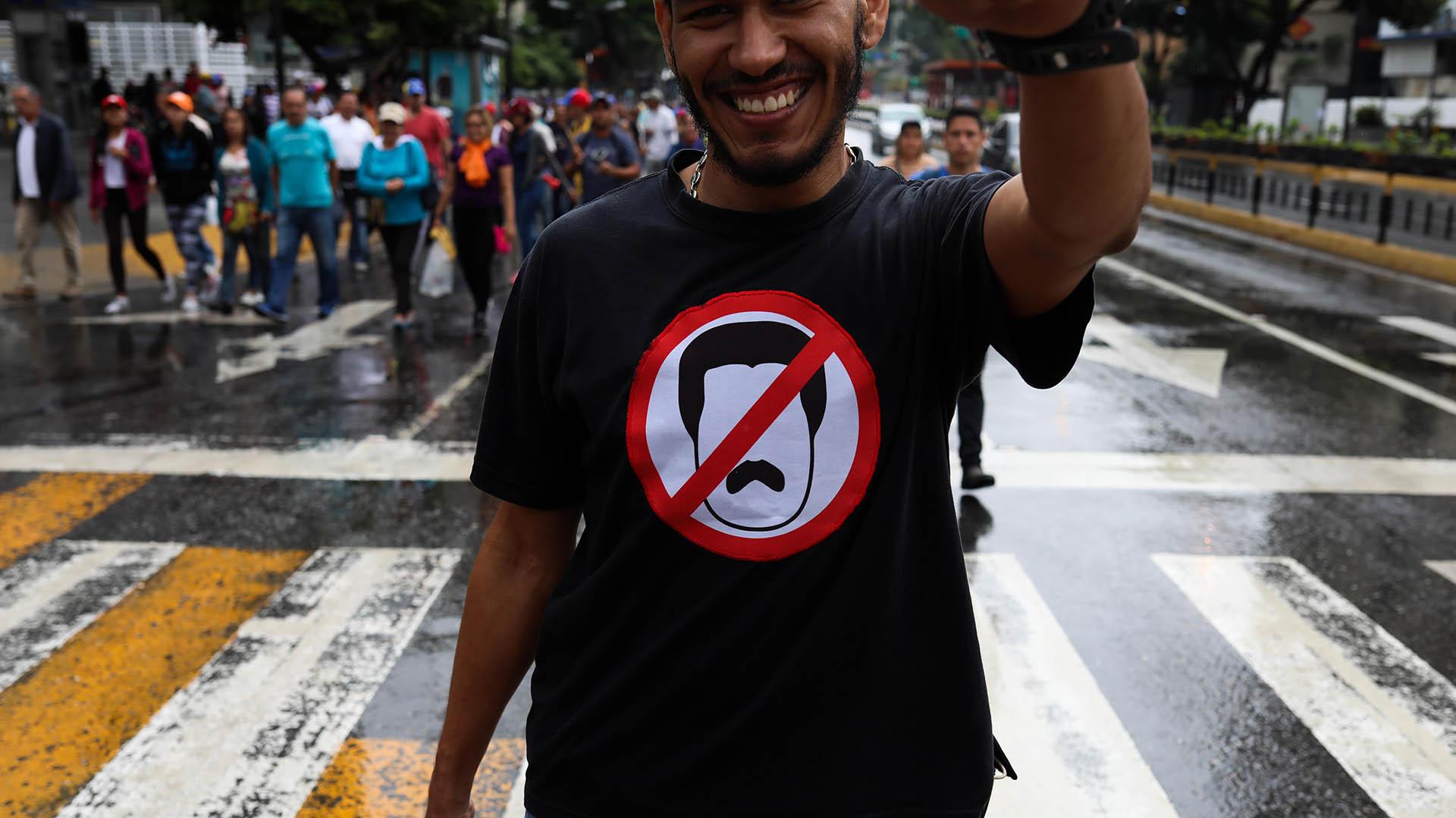 Un joven luce una camiseta en rechazo a Nicolás Maduro