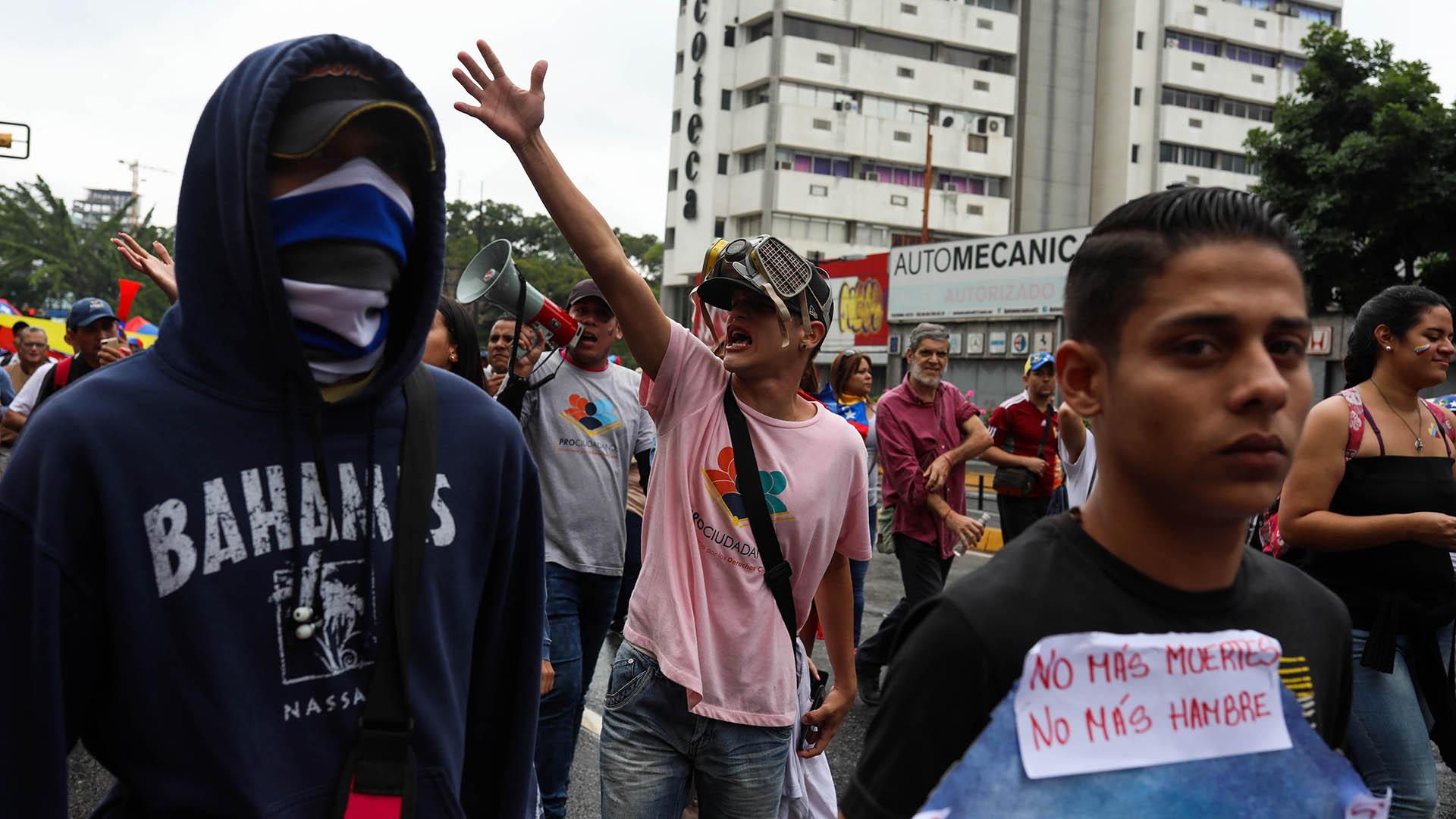 """""""Estamos marchando para que Guaidó se proclame presidente. No queremos a Maduro que es un usurpador. Estamos aquí para que se restituya la democracia"""", declaró a AFP Argenis Ramos, docente de 32 años, vestido de blanco, en el este de Caracas"""
