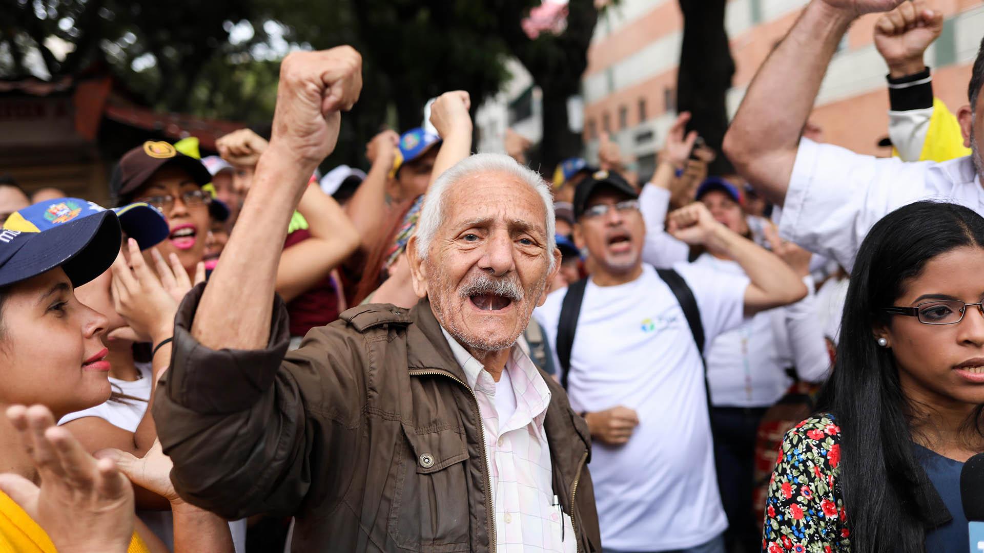 En vísperas de las marchas, decenas de pequeñas protestas y disturbios ocurrieron en Caracas y sus cercanías. La noche del martes tanquetas antimotines recorrieron sectores de la capital