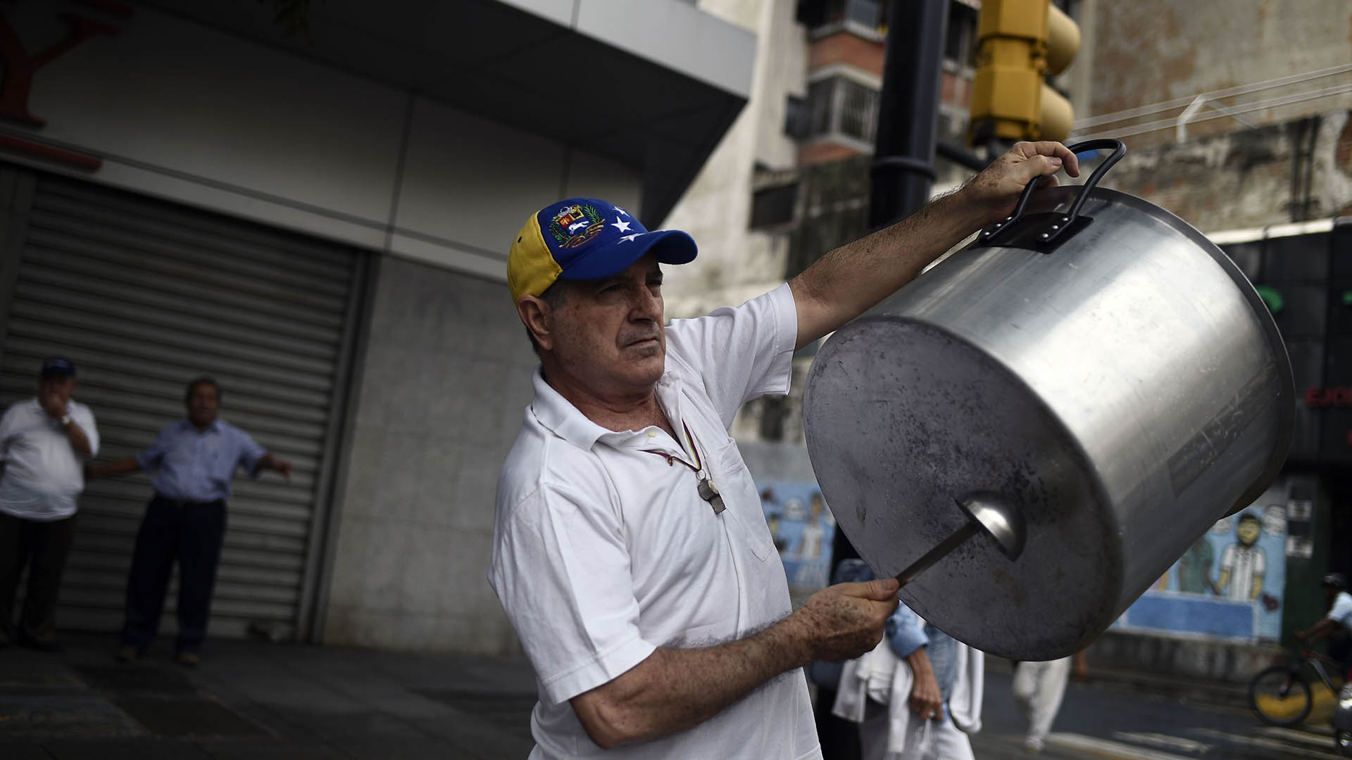 En la víspera de estas acciones, en barrios pobres de Caracas se escucharon durante horas el sonido de las cacerolas y muchos salieron a las calles a formar barricadas con basura y neumáticos incendiados. Esas protestas fueron reprimidas por cuerpos de seguridad