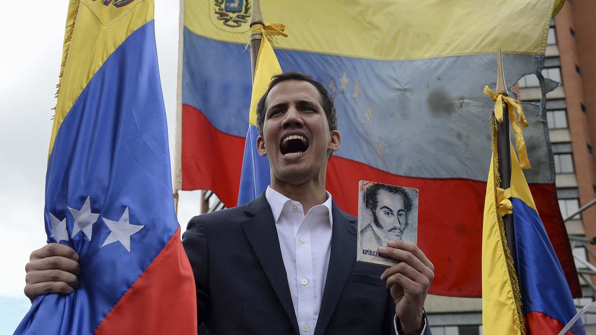 Juan Guaidó, instantes después de jurarar como presidente encargado de Venezuela ante una multitud(Photo by Federico PARRA / AFP)