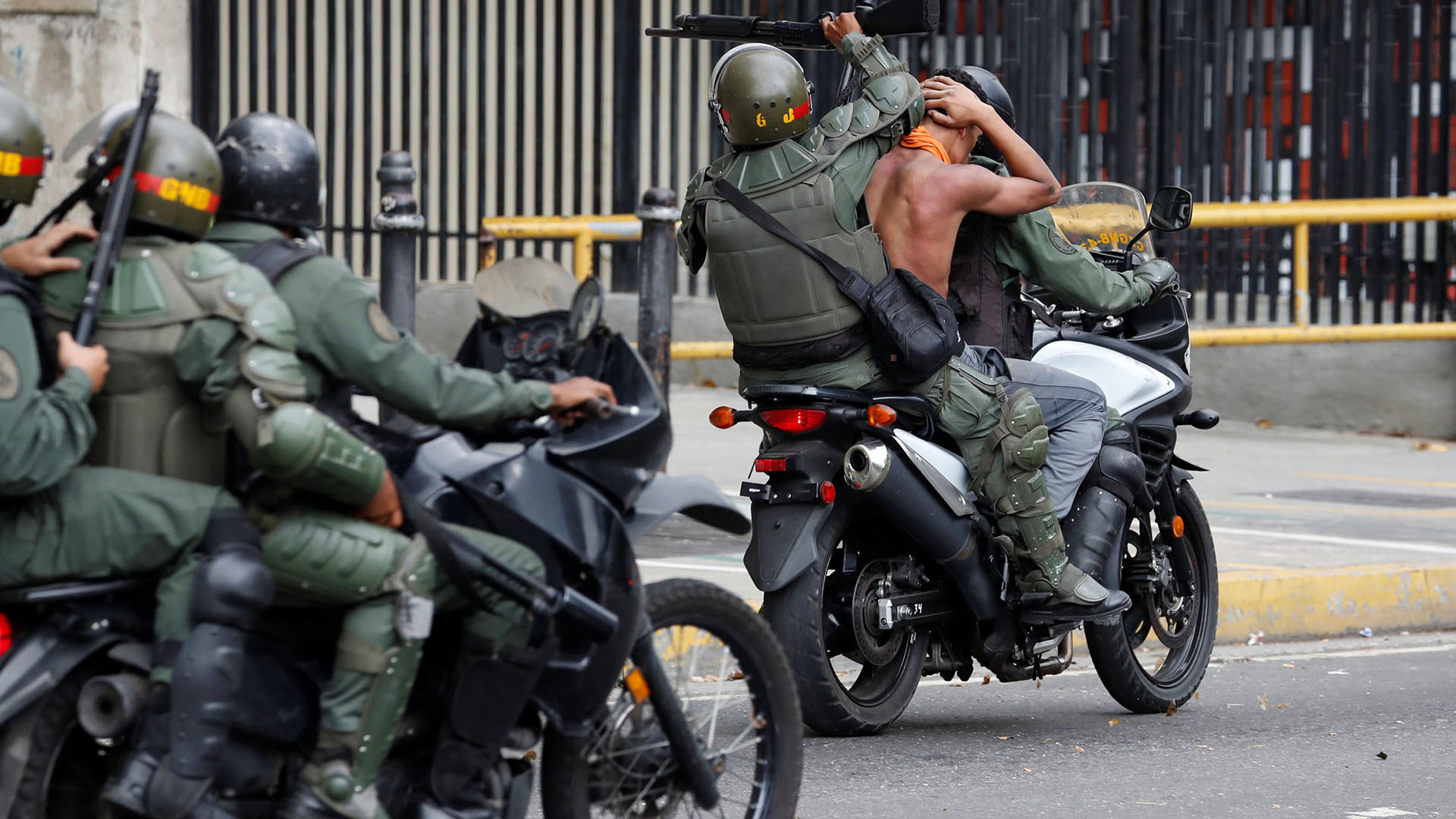 La policía traslada a un manifestante detenido (REUTERS)