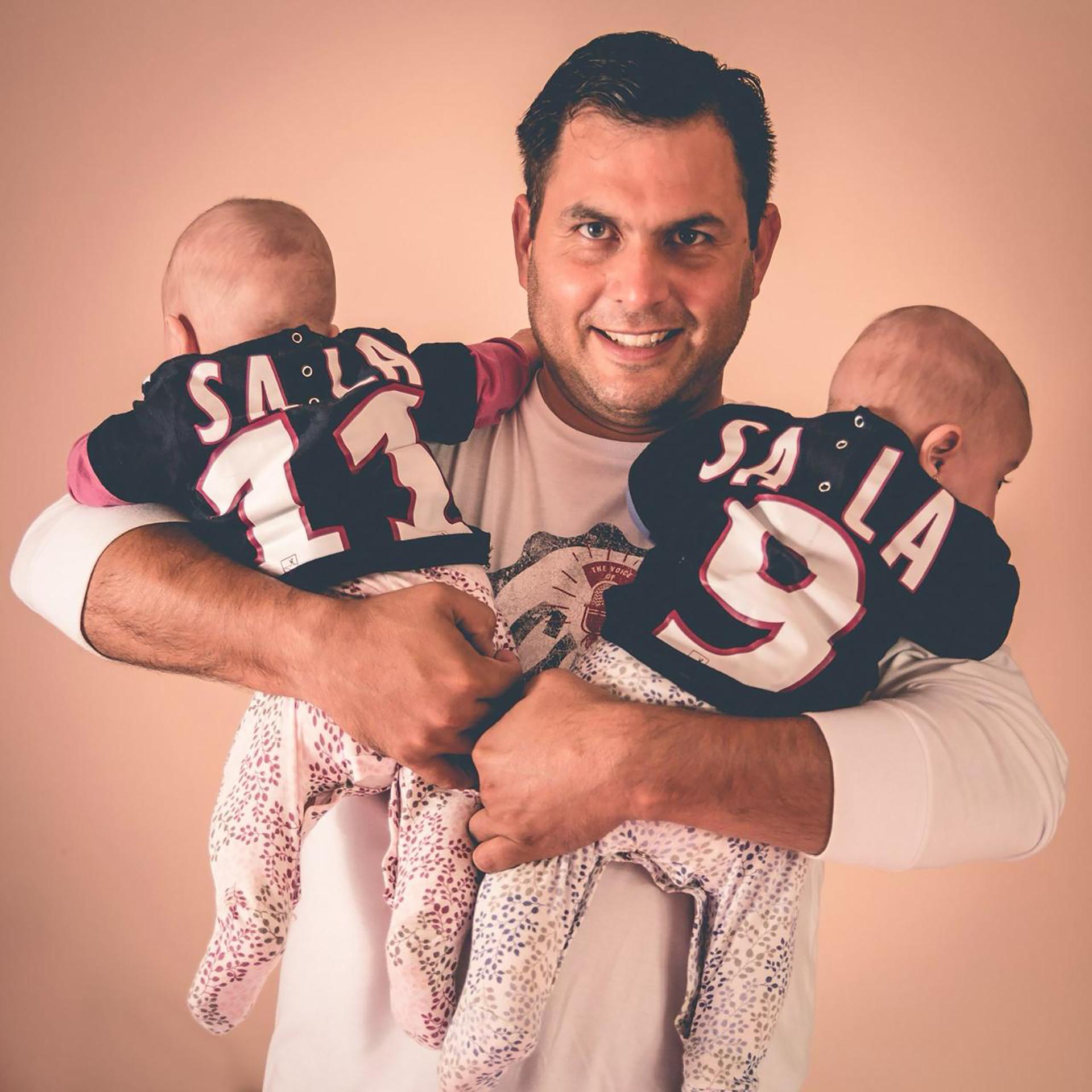 Su primer entrenador junto a sus hijas con las camisetas del ídolo local