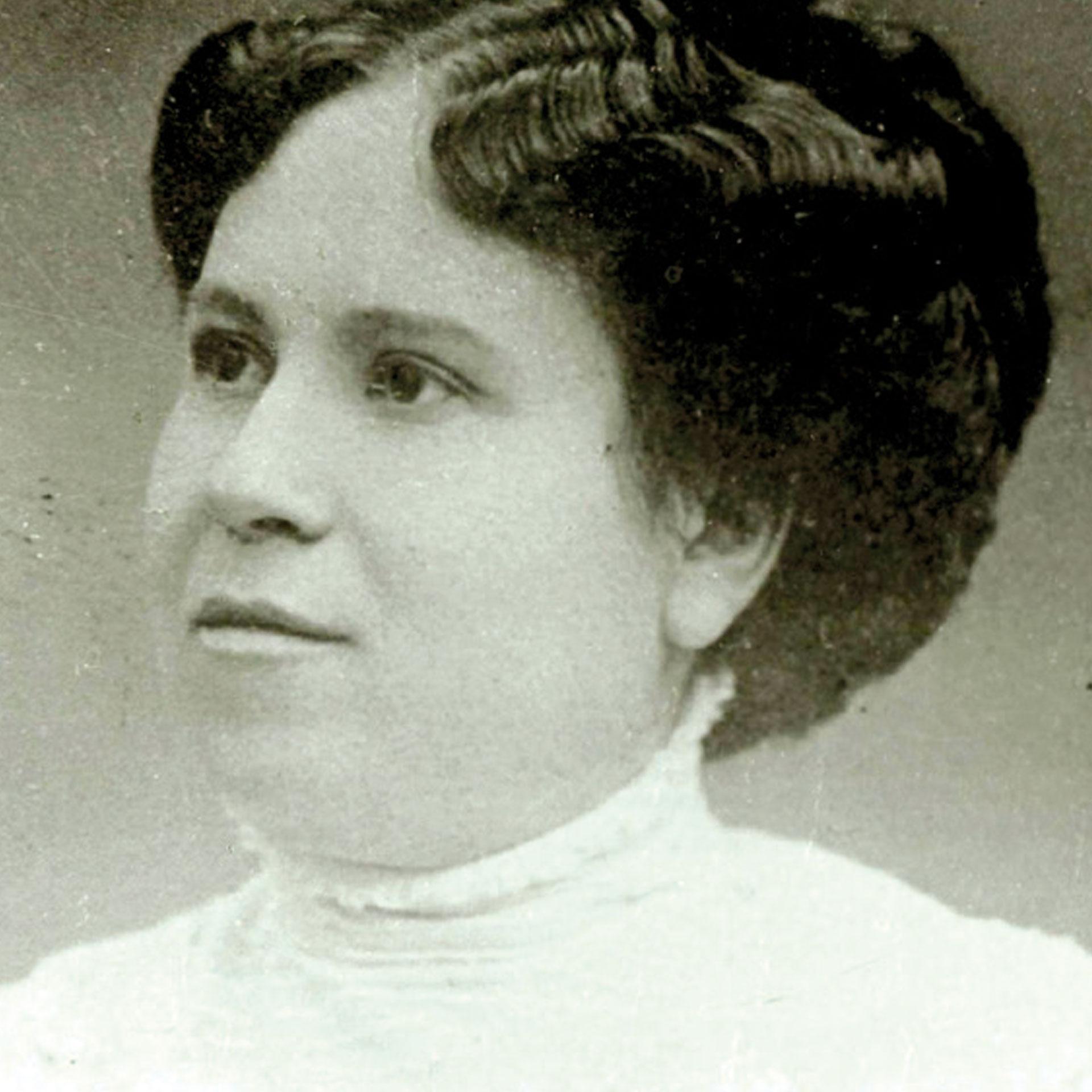 Julieta Lanteri (1873-1932), una italiana que se nacionalizó argentina, fue la primera mujer en América en emitir el voto. Lo hizo en 1911.