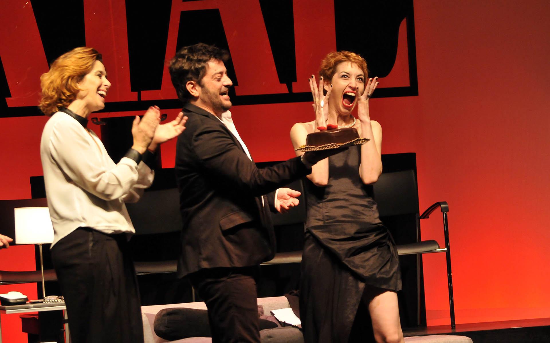 """Sophia Gala celebró su cumpleaños número 32 en el escenario del Teatro Multitabaris Komafi, donde se presenta la obra """"Atracción Fatal"""" (programa de TV)"""