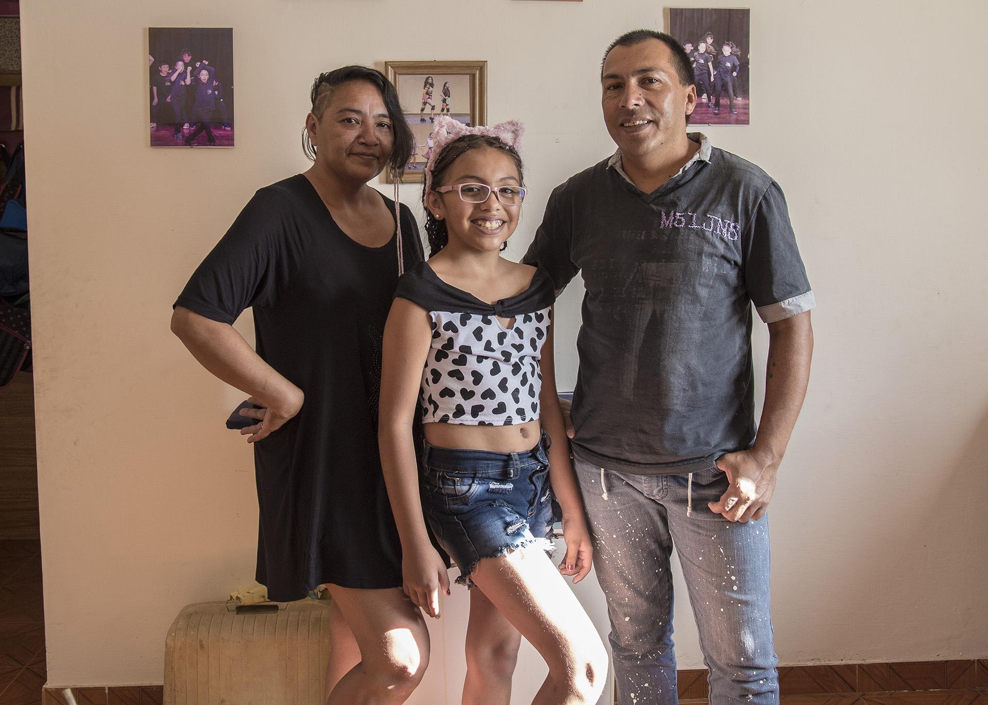 Junto a Graciela y Damián, sus padres (Foto: Diego Barbatto)